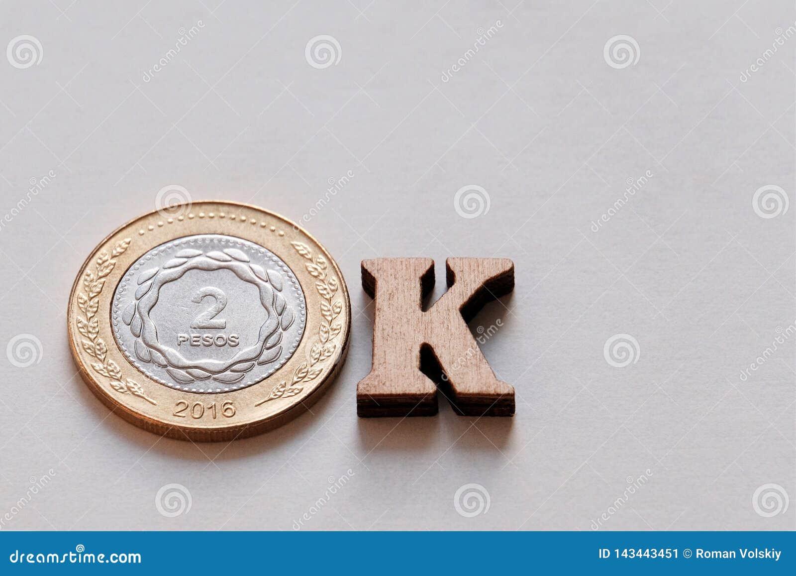 Η κινηματογράφηση σε πρώτο πλάνο της λέξης έκανε ΕΝΤΆΞΕΙ από τα νομίσματα 2 πέσων και τις ξύλινες επιστολές σε ένα άσπρο υπόβαθρο