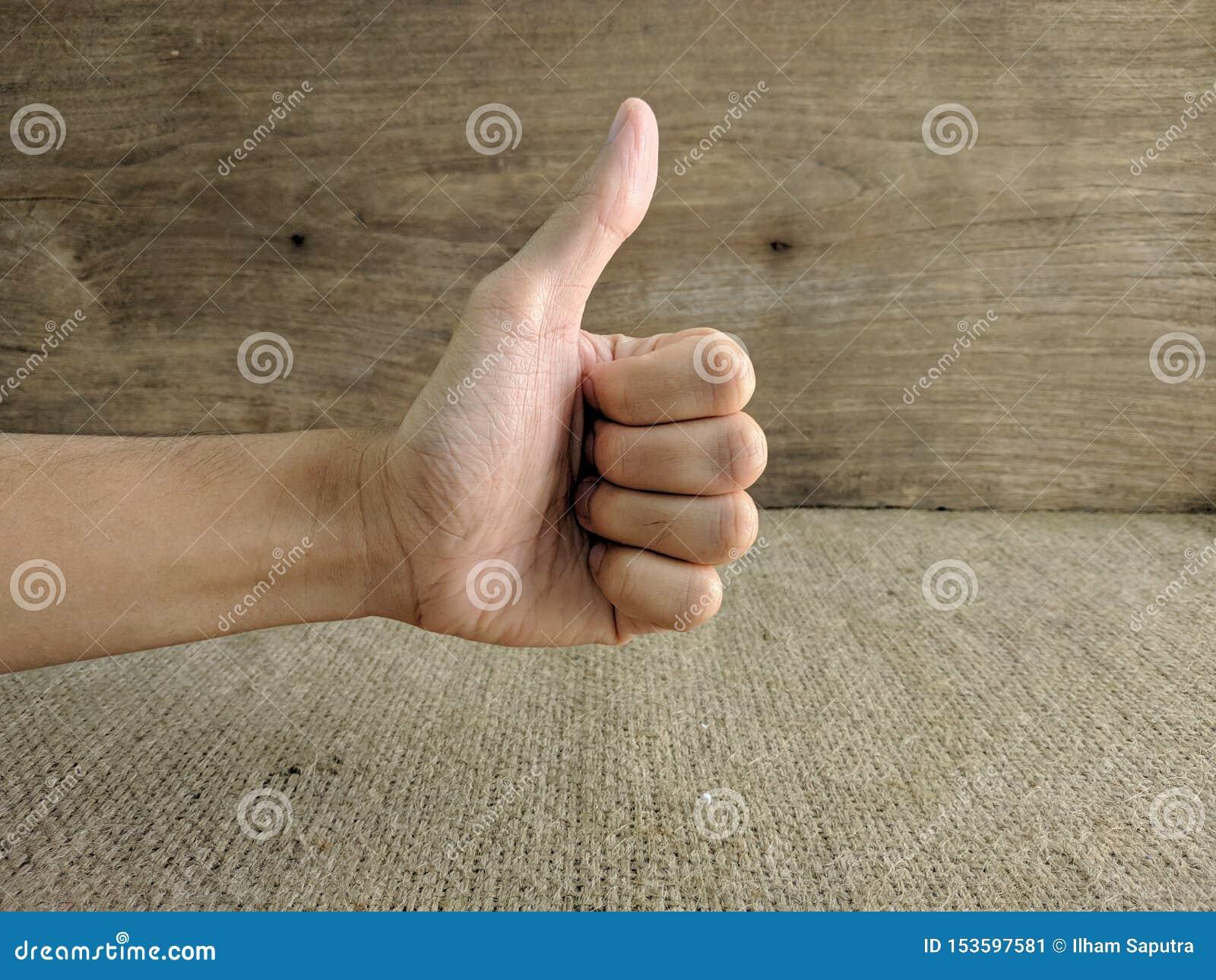 Η κινηματογράφηση σε πρώτο πλάνο του αρσενικού χεριού που παρουσιάζει αντίχειρες υπογράφει επάνω