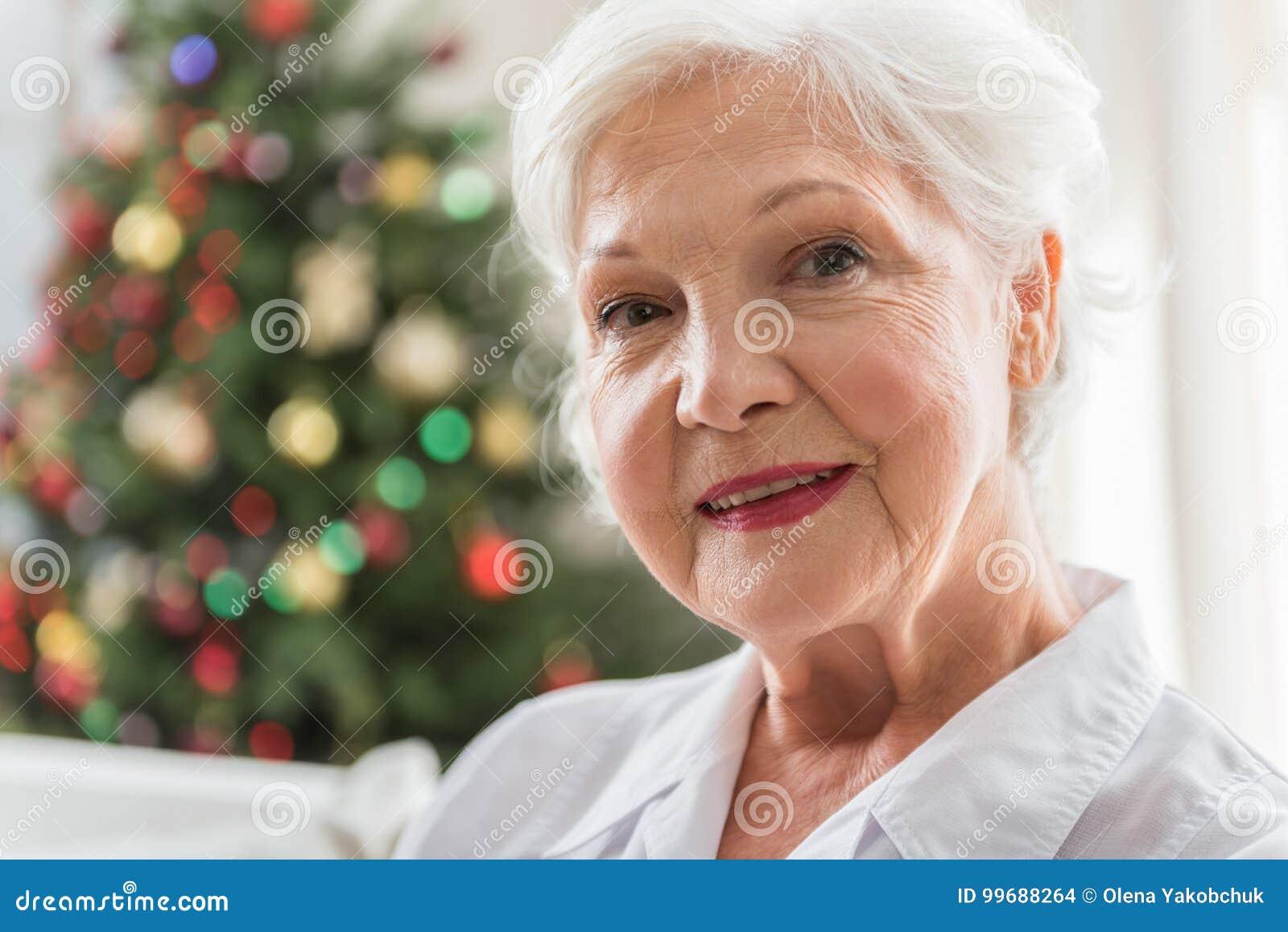 Η κομψή ηλικιωμένη γυναίκα εκφράζει το positiveness