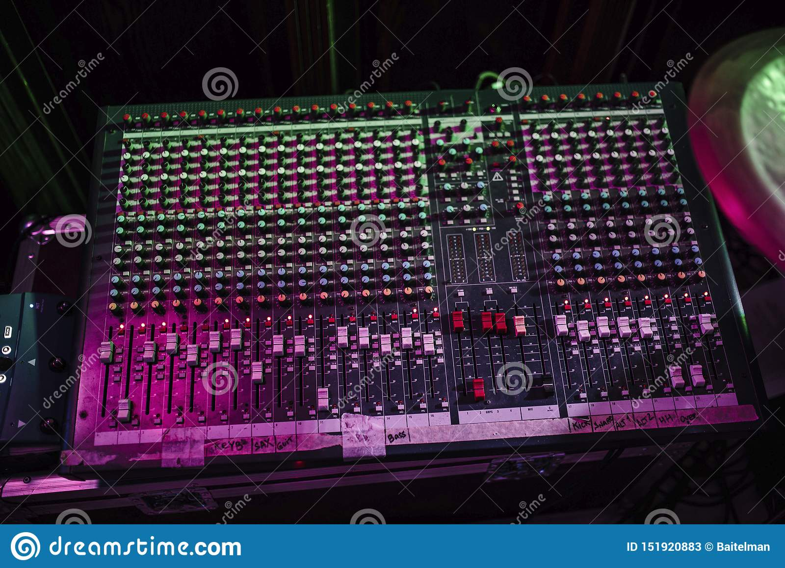 Η κονσόλα μουσικής του υγιούς μηχανικού Η επιτροπή του υγιούς παραγωγού στο στούντιο καταγραφής