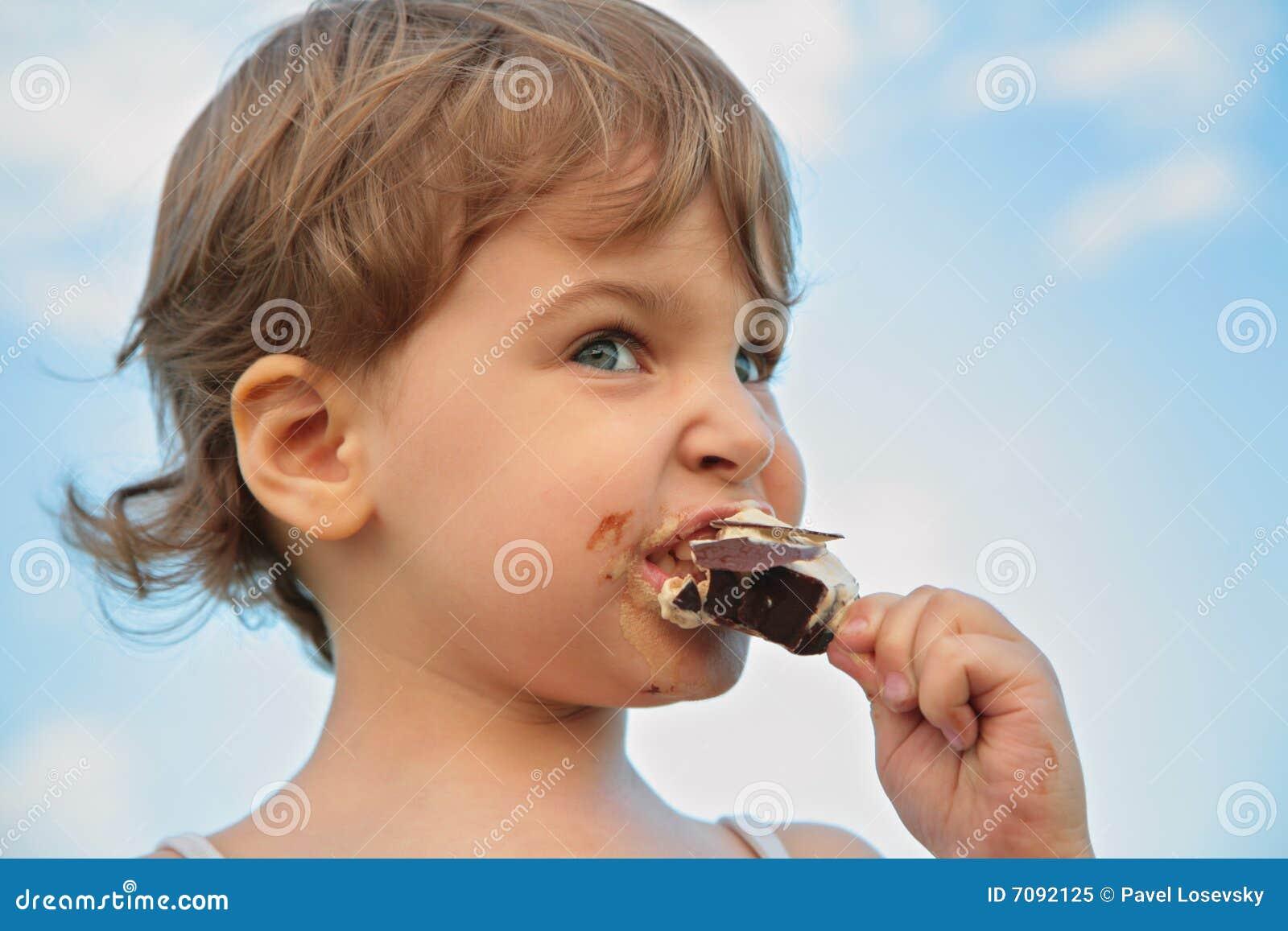 η κρέμα παιδιών τρώει τον πάγο
