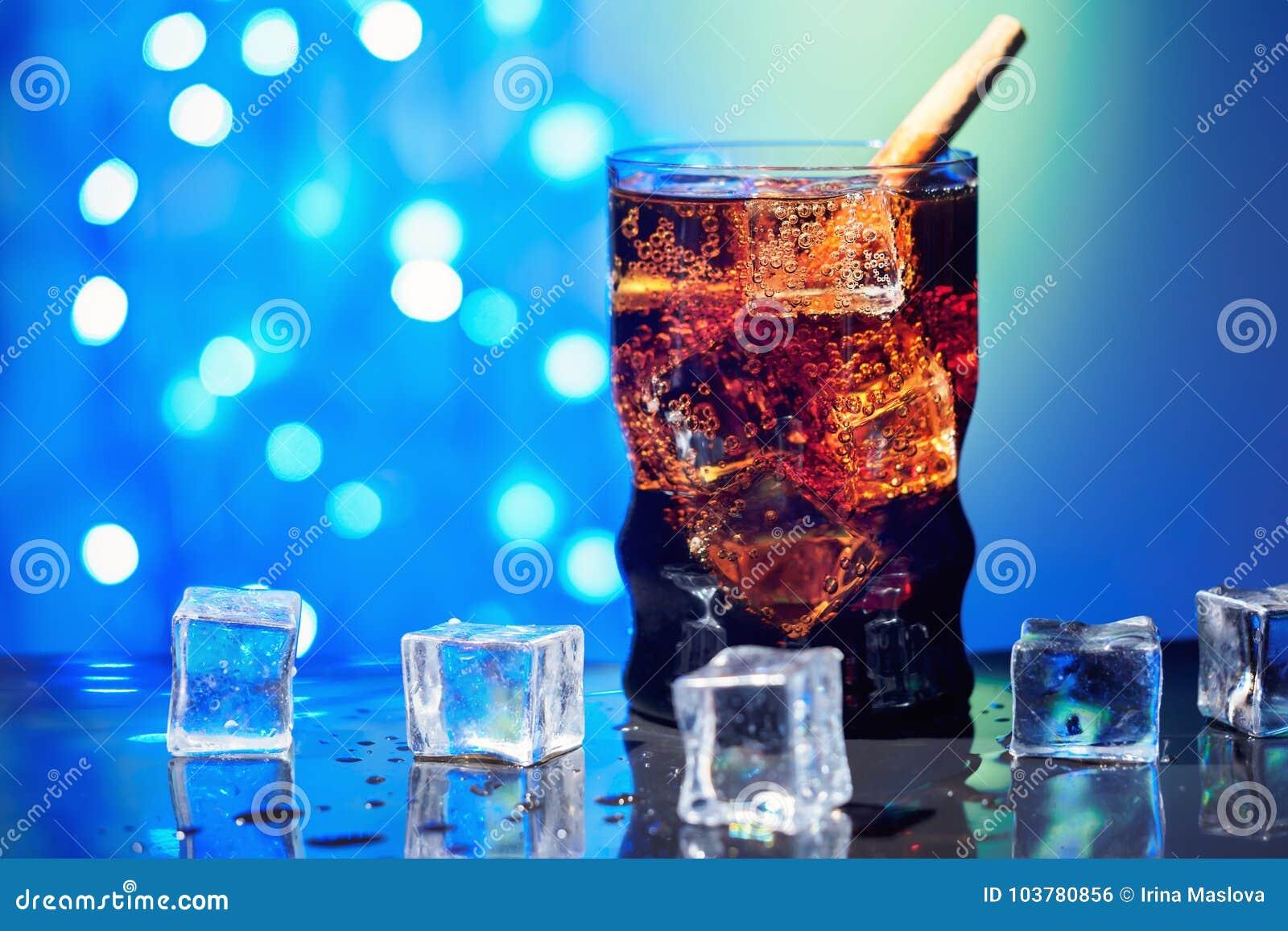 Η κόλα στην κατανάλωση του γυαλιού με το γλυκό σπινθήρισμα κύβων πάγου που ενώνεται με διοξείδιο του άνθρακα πίνει το γρήγορο φαγ