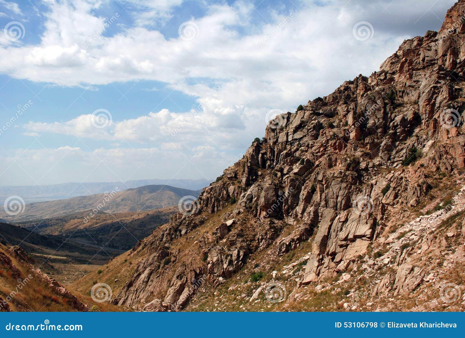 Η κλίση των βουνών της δυτικής Τιέν Σαν στο Ουζμπεκιστάν