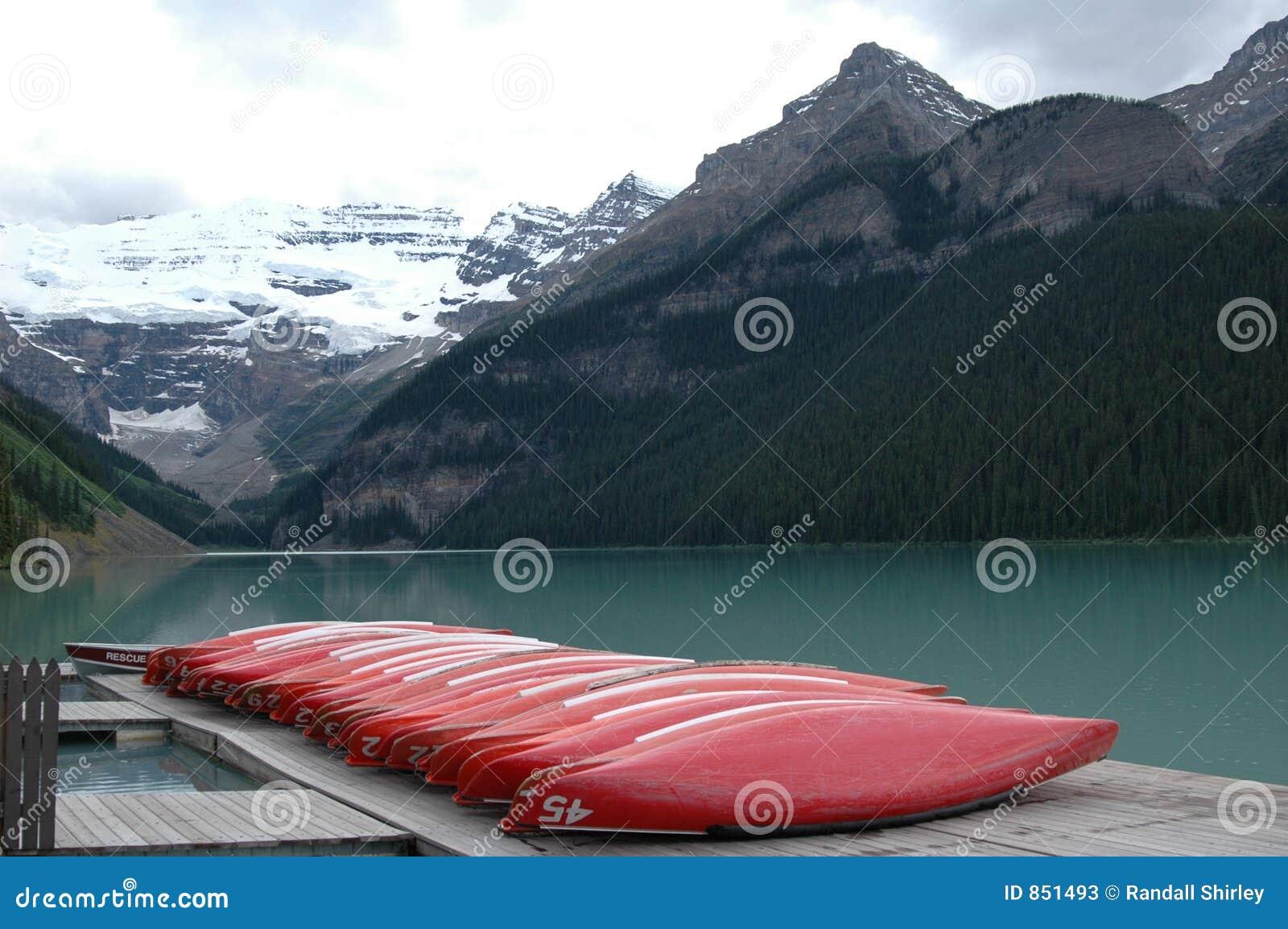 η λίμνη αποβαθρών κανό