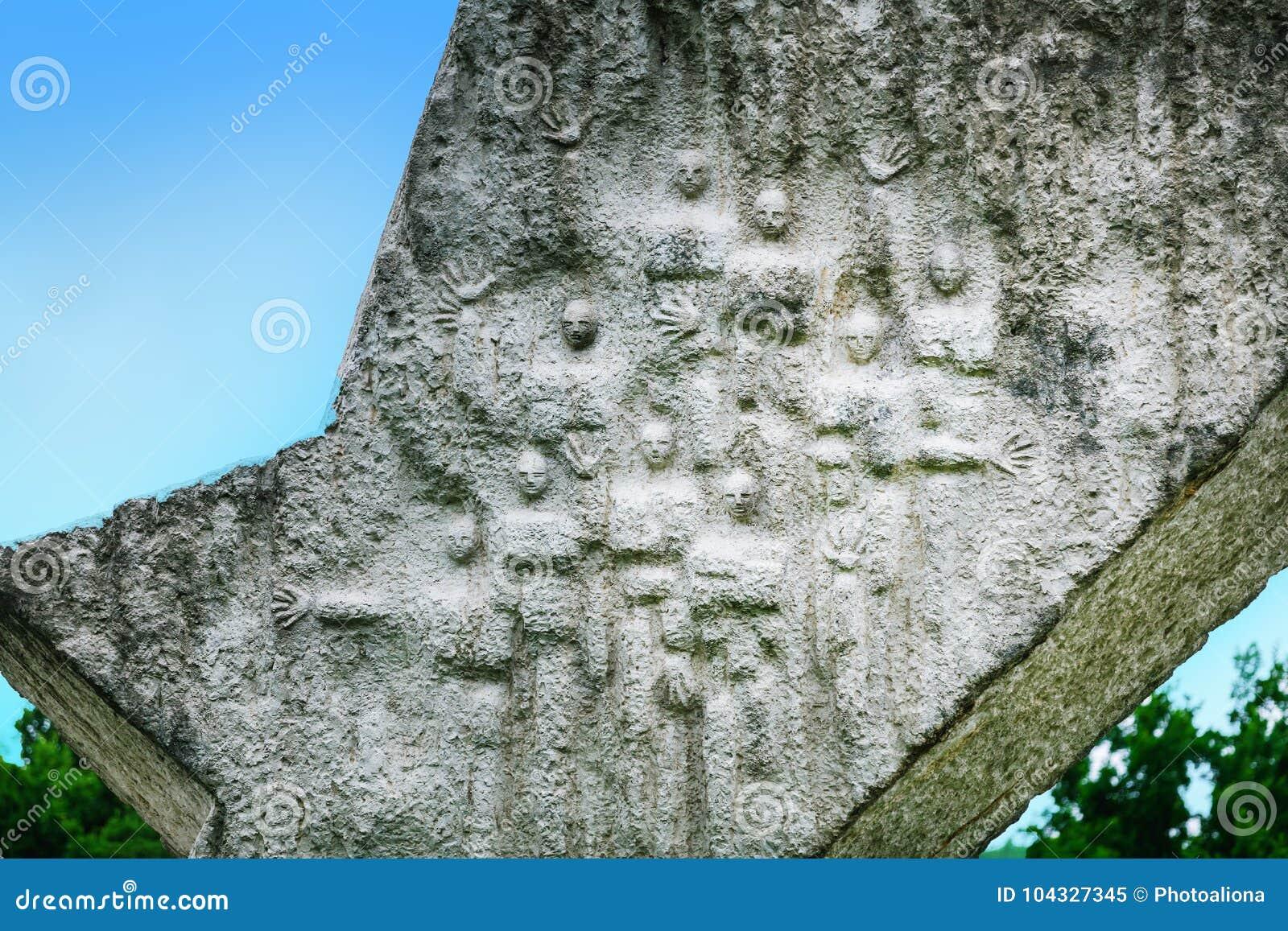 Η λεπτομέρεια του σπασμένου φτερού διέκοψε το μνημείο πτήσης στο αναμνηστικό πάρκο Sumarice κοντά σε Kragujevac στη Σερβία