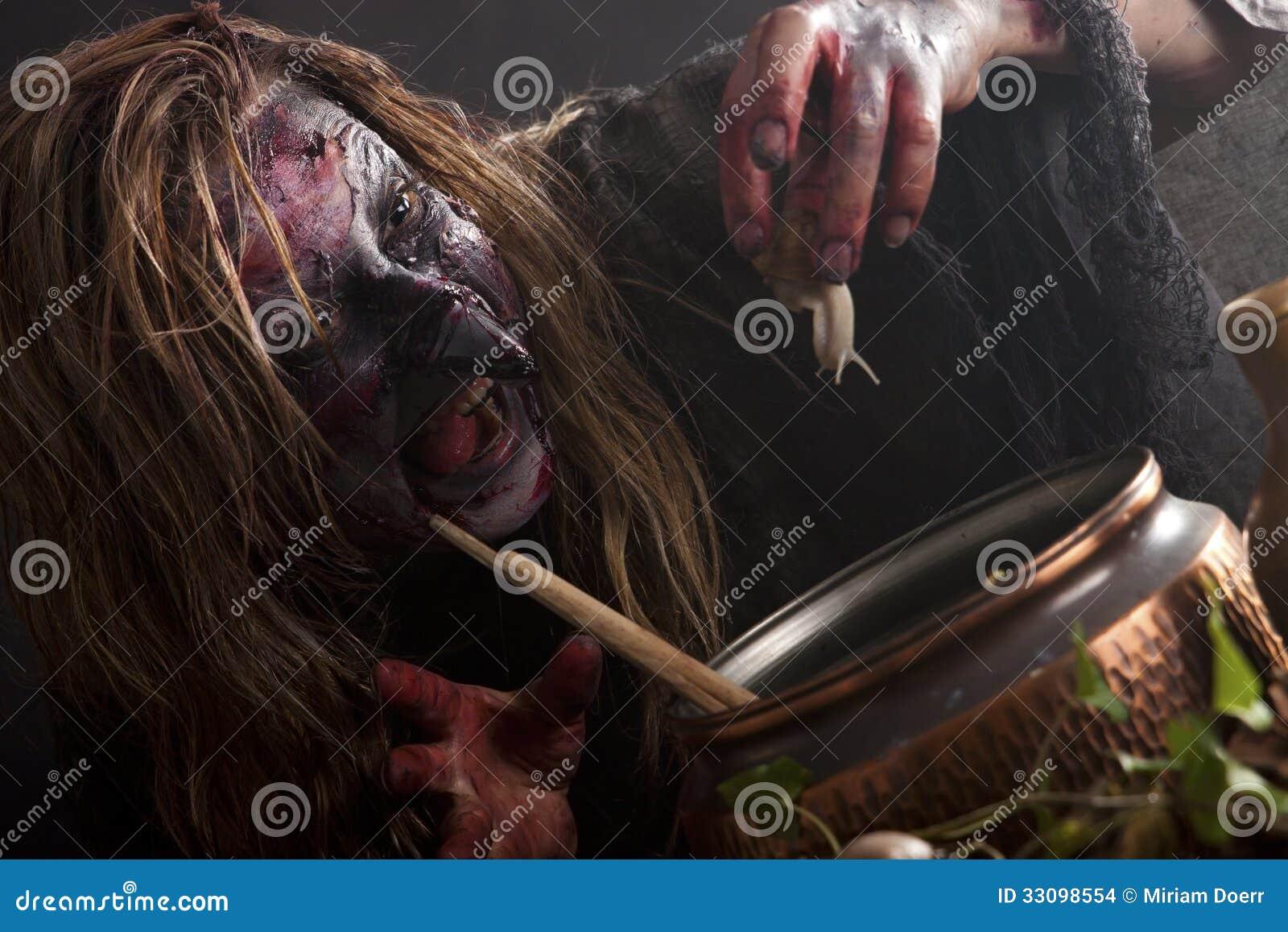 Η μάγισσα παρασκευάζει μια φίλτρο με ένα σαλιγκάρι