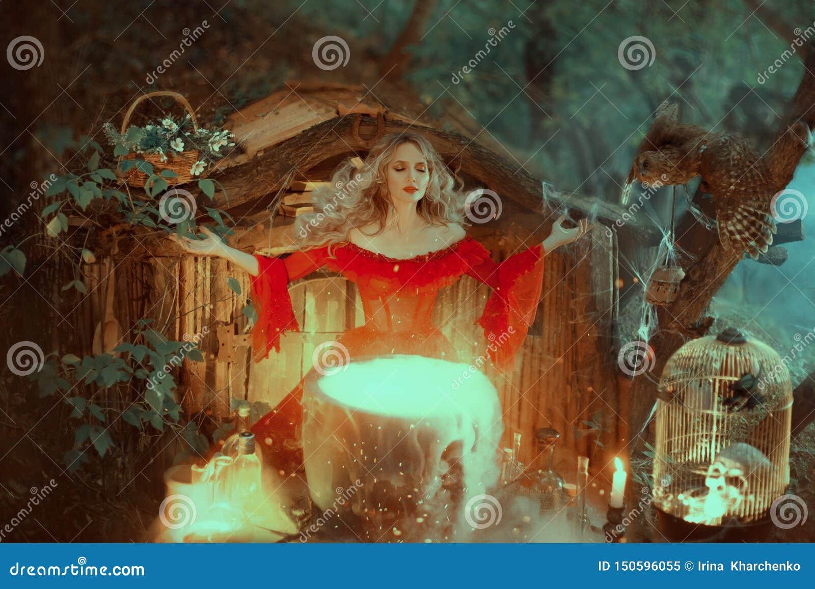 Η μάγισσα σε ένα κόκκινο φόρεμα με τους γυμνούς ώμους της μπαρόκ εποχής, προετοιμάζει ένα δηλητήριο Η μάγισσα ζητά από τις δυνάμε