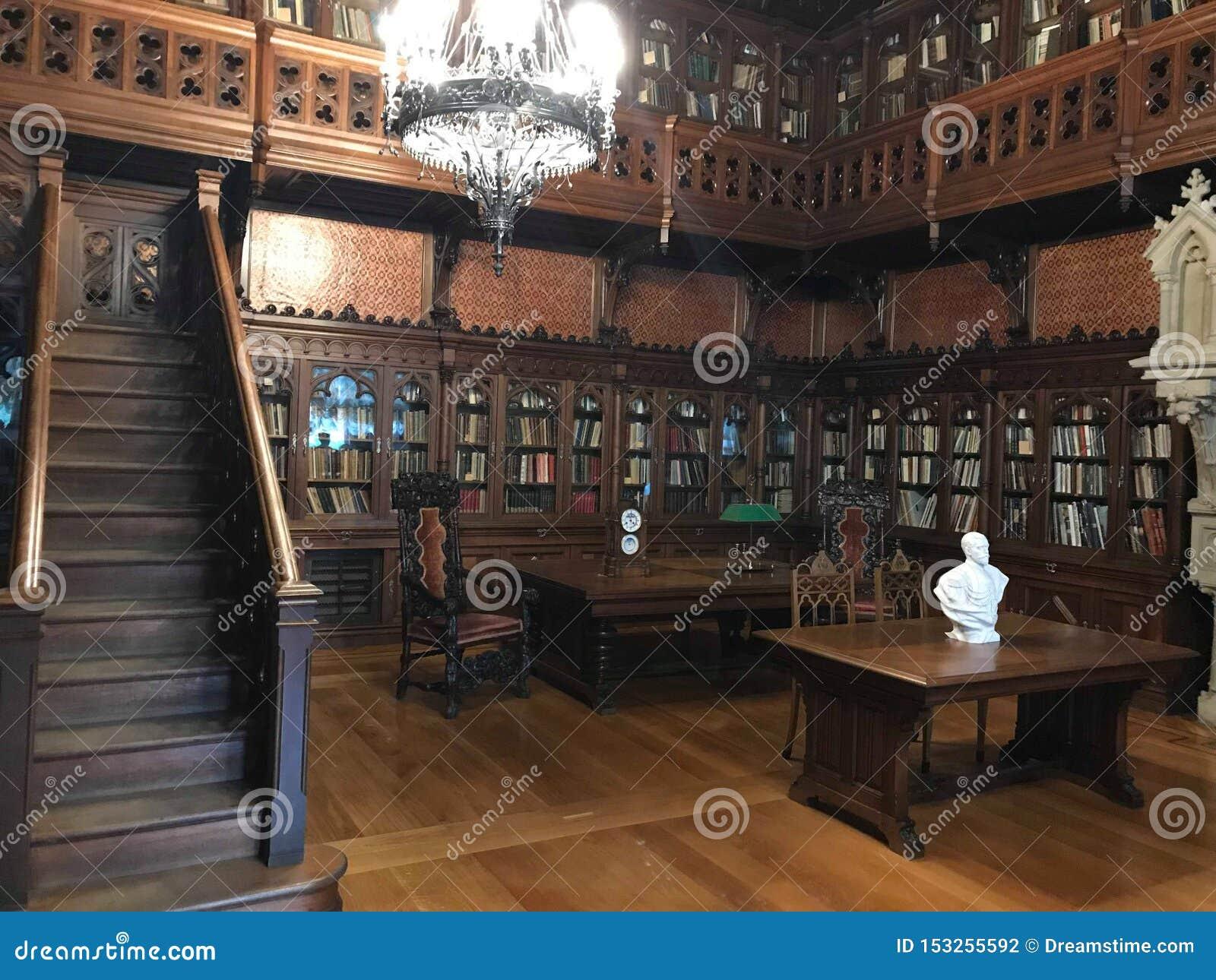 Η μεγάλη αίθουσα της ιστορικής βιβλιοθήκης της Μόσχας