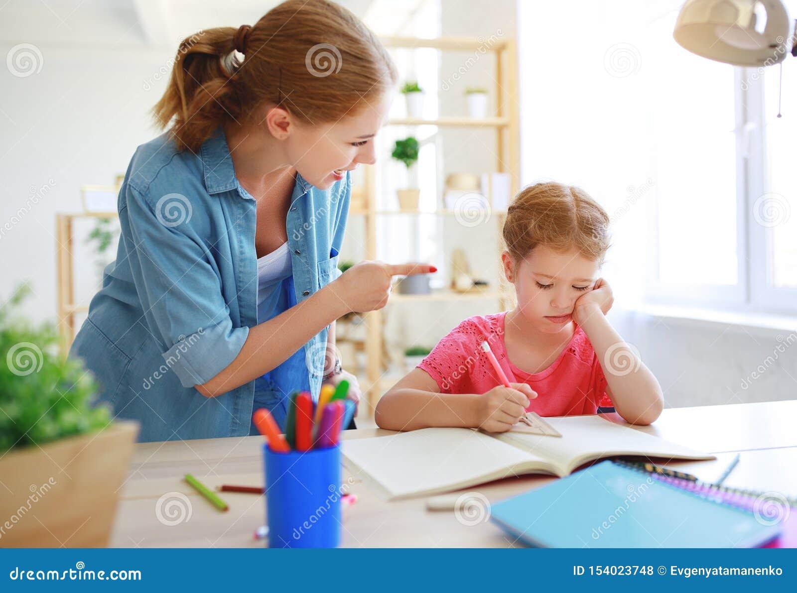 Η μητέρα επιπλήττει ένα παιδί για τη φτωχές εκπαίδευση και την εργασία