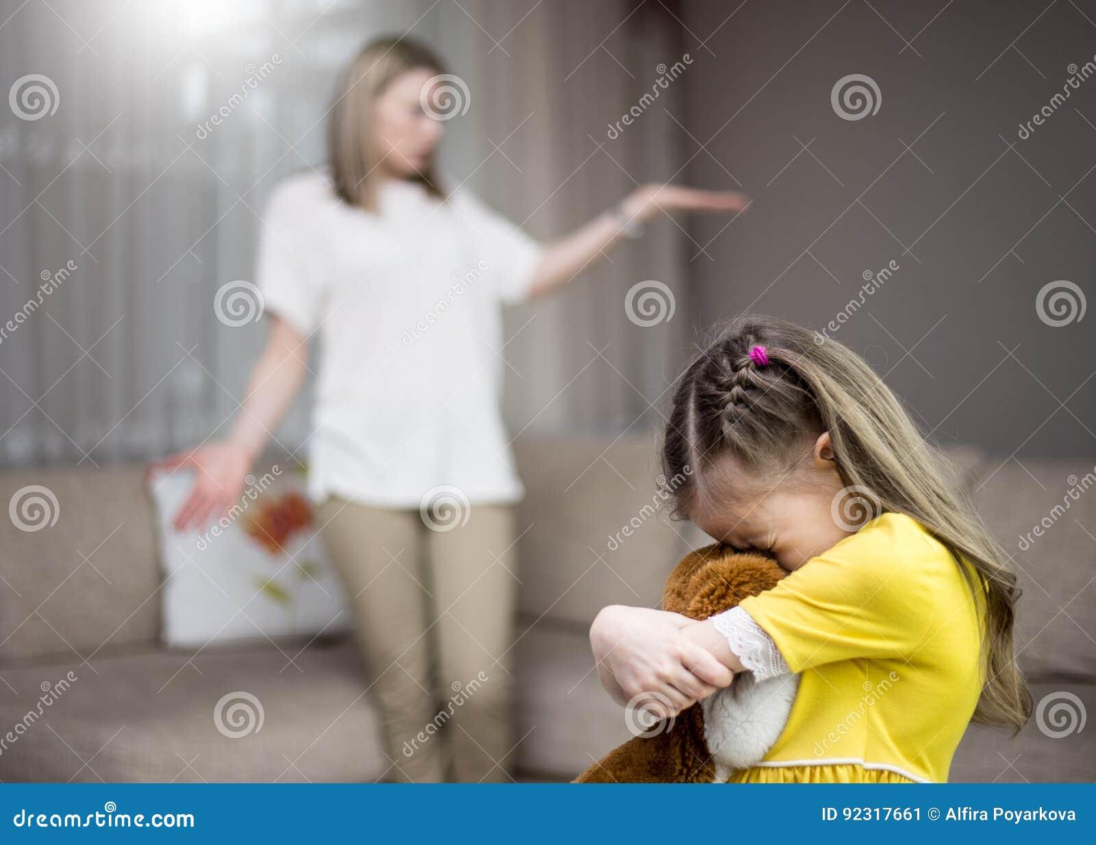 Η μητέρα επιπλήττει την κόρη της Οικογενειακές σχέσεις Η εκπαίδευση του παιδιού
