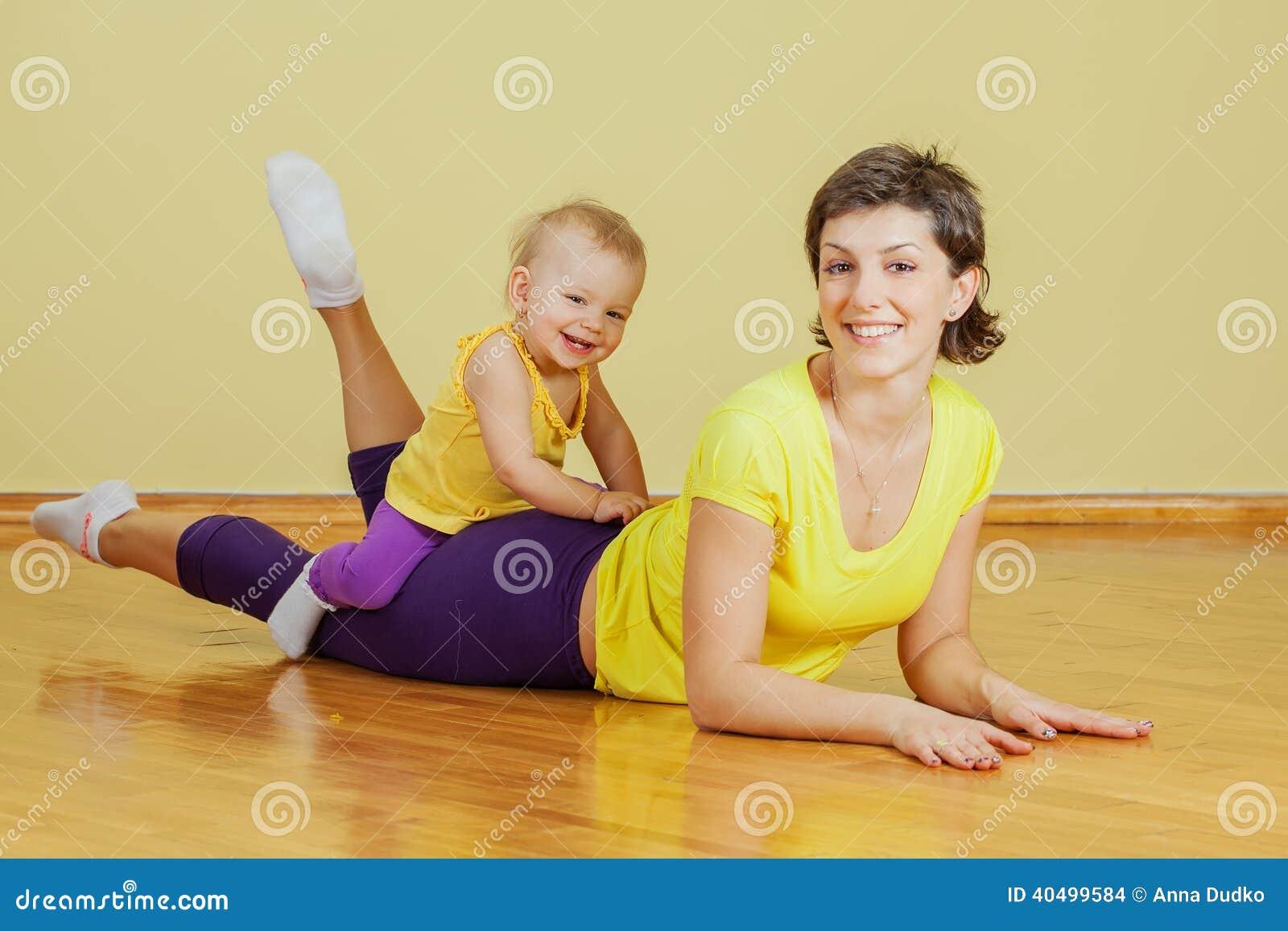 Η μητέρα κάνει τις σωματικές ασκήσεις με την κόρη της