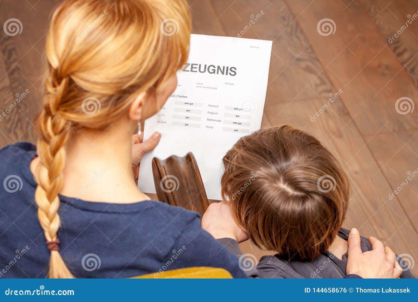 Η μητέρα και ο γιος είναι ευχαριστημένοι από το καλό σχολικό πιστοποιητικό - μετάφραση: ημέρα πιστοποιητικών της μουσικής πειθαρχ