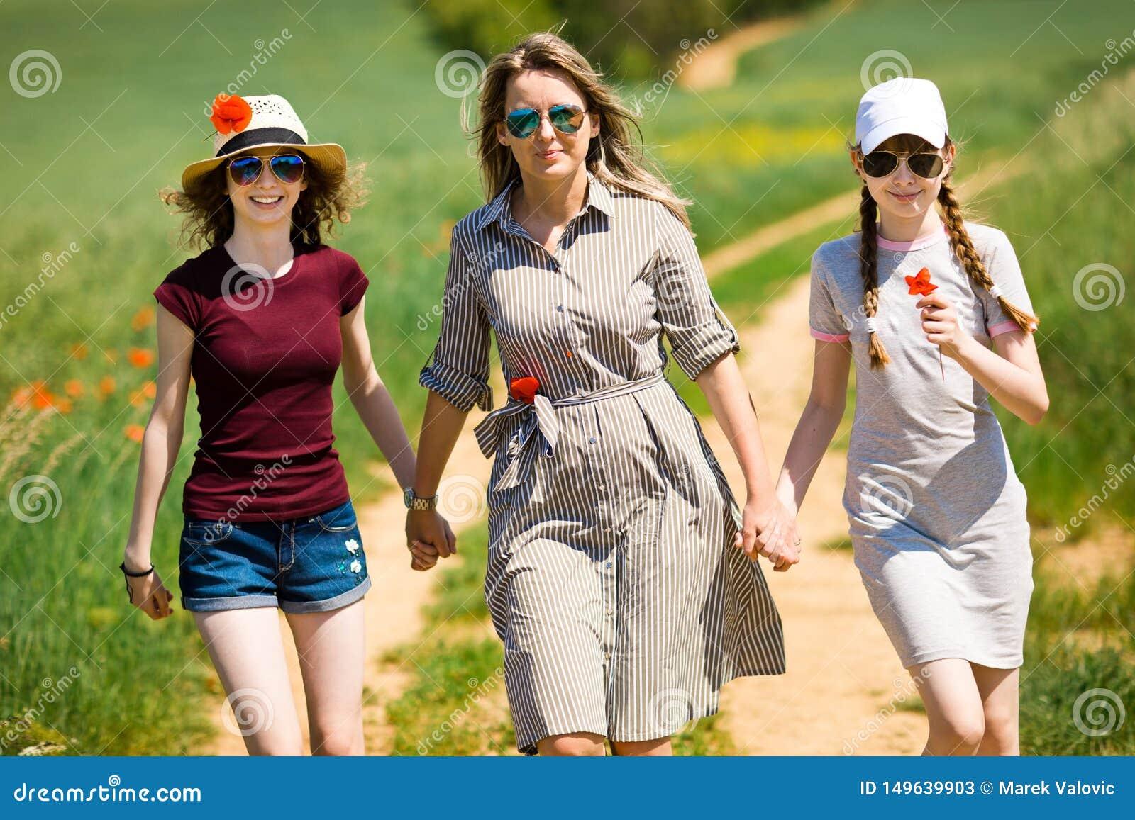 Η μητέρα με την κόρη περπατά χέρι-χέρι