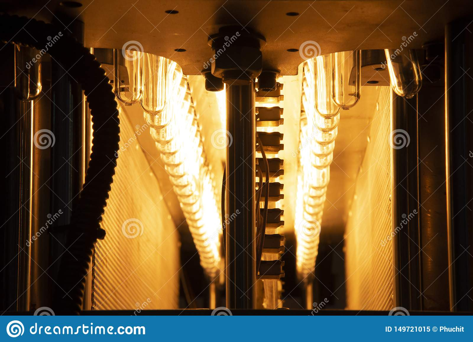 Η μορφή προσχηματισμών των πλαστικών μπουκαλιών στη ζώνη μεταφορέων για τη θέρμανση της διαδικασίας