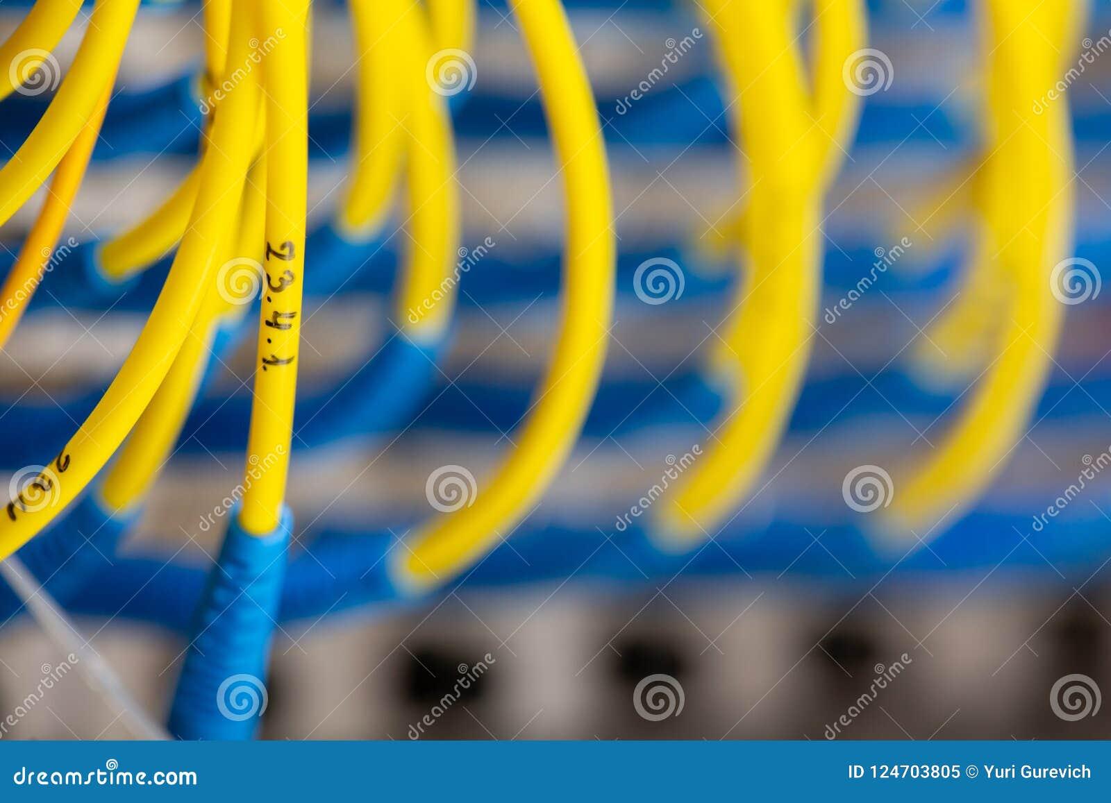 Η μπροστινή πλευρά κεντρικών υπολογιστών που παρουσιάζει ζωηρόχρωμους διακόπτες και που συνδέει με καλώδιο την περίληψη θόλωσε τη