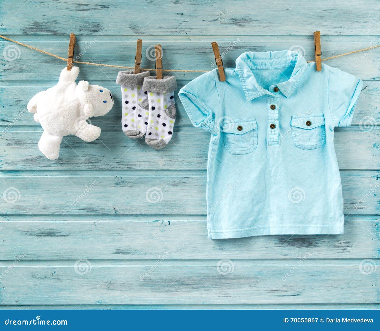 Η μπλούζα αγοράκι, οι κάλτσες και το άσπρο παιχνίδι αφορούν μια σκοινί για άπλωμα