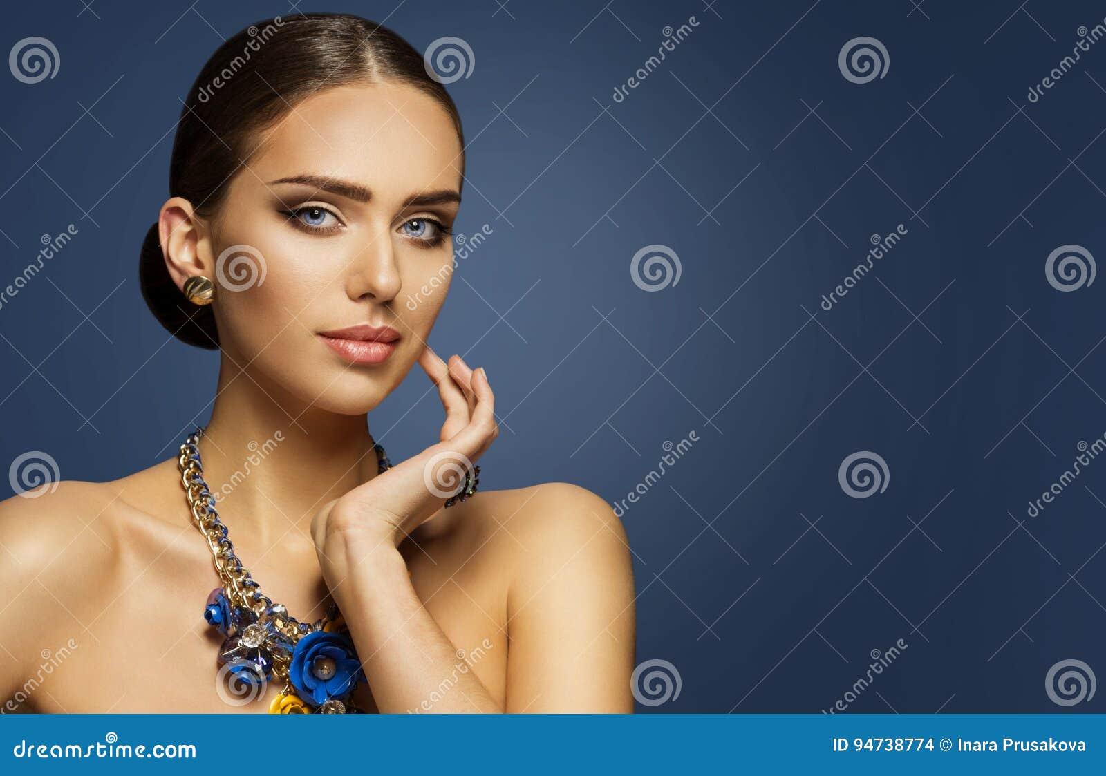 Η μόδα πρότυπο Makeup, πρόσωπο ομορφιάς γυναικών Elegan αποτελεί το πορτρέτο