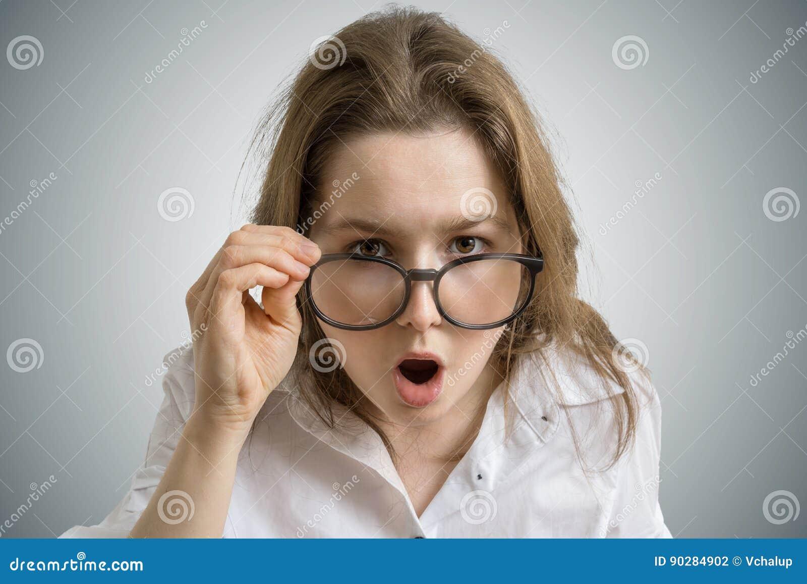 5c29fc5563 Η νέα αστεία γυναίκα με τα γυαλιά είναι συγκλονισμένη και έκπληκτη ...