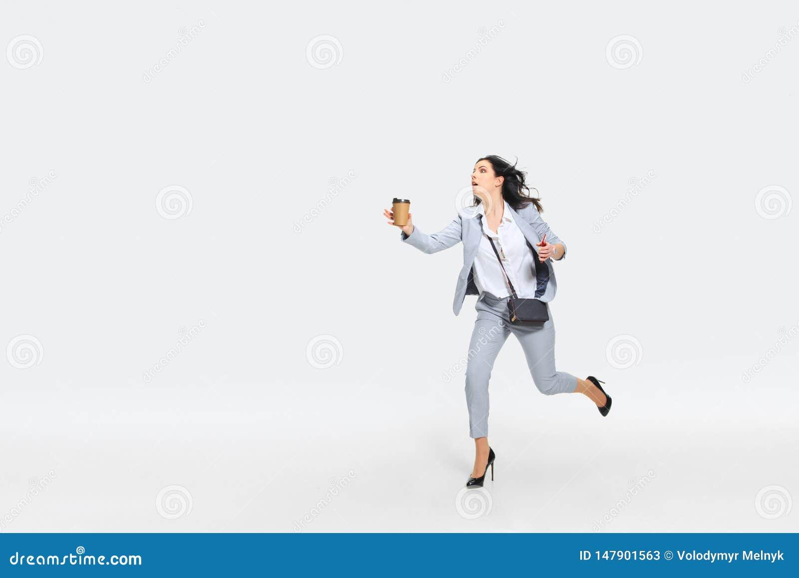 Η νέα γυναίκα έρχεται αργά για την εργασία
