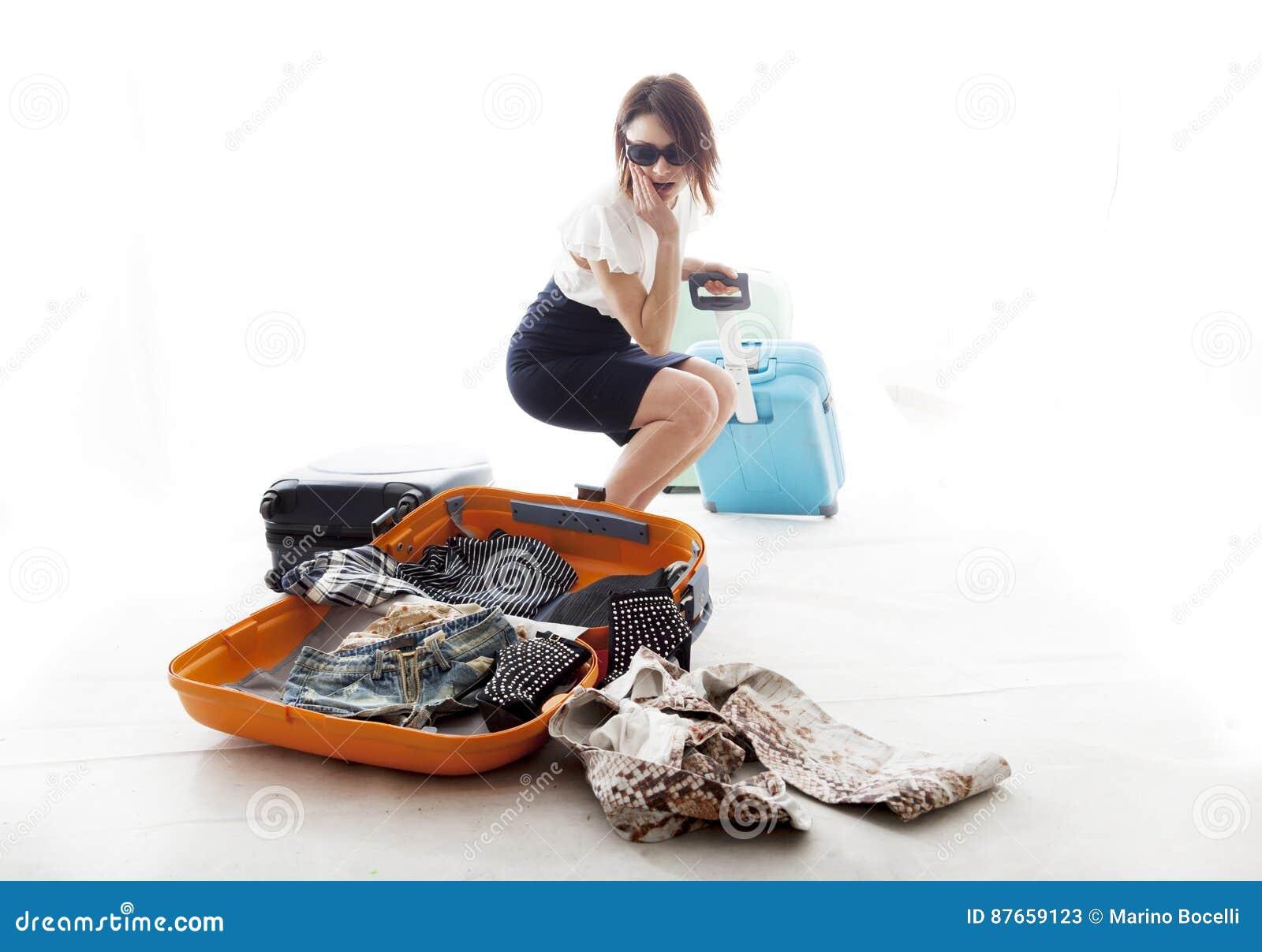 Η νέα γυναίκα έχασε τα ενδύματα από τη βαλίτσα του