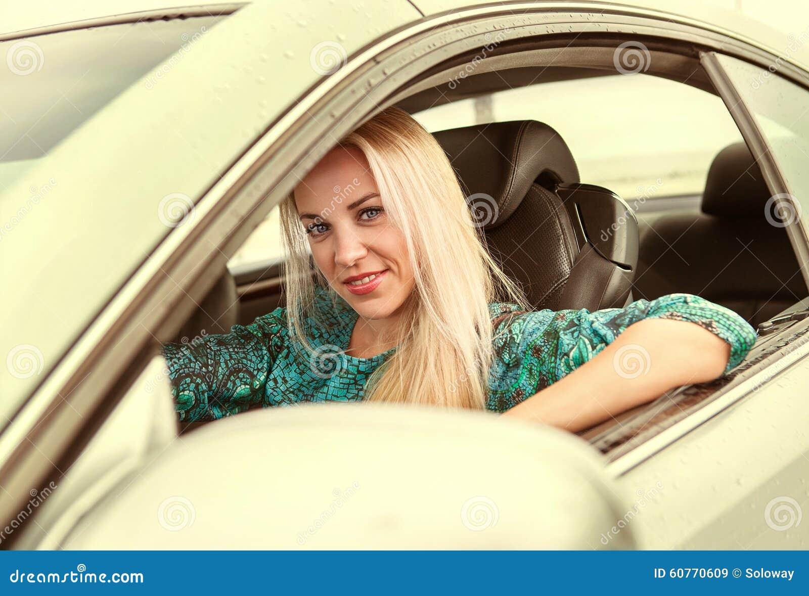 Η νέα γυναίκα οδηγεί ένα αυτοκίνητο