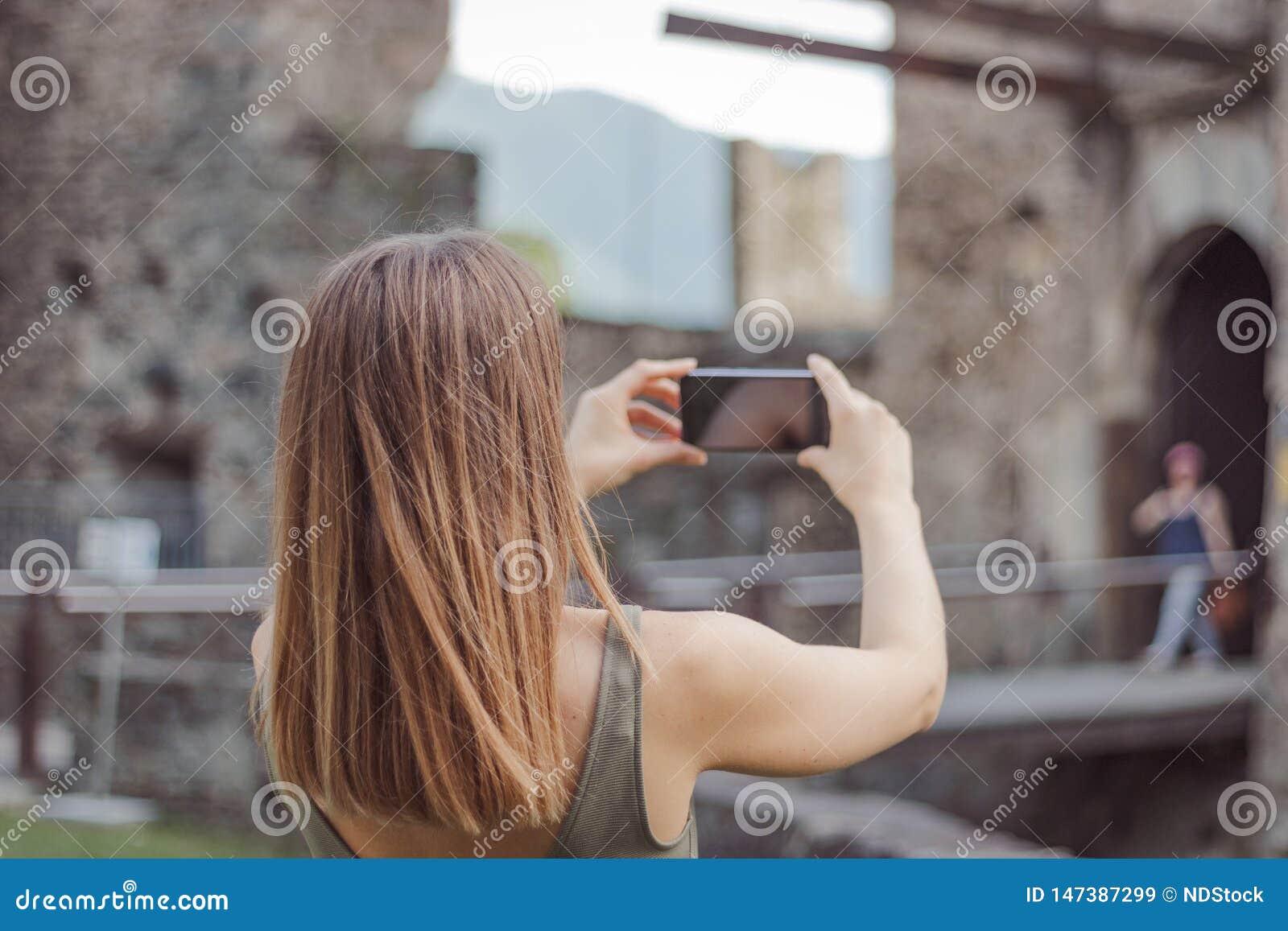 Η νέα γυναίκα παίρνει μια εικόνα ενός κάστρου