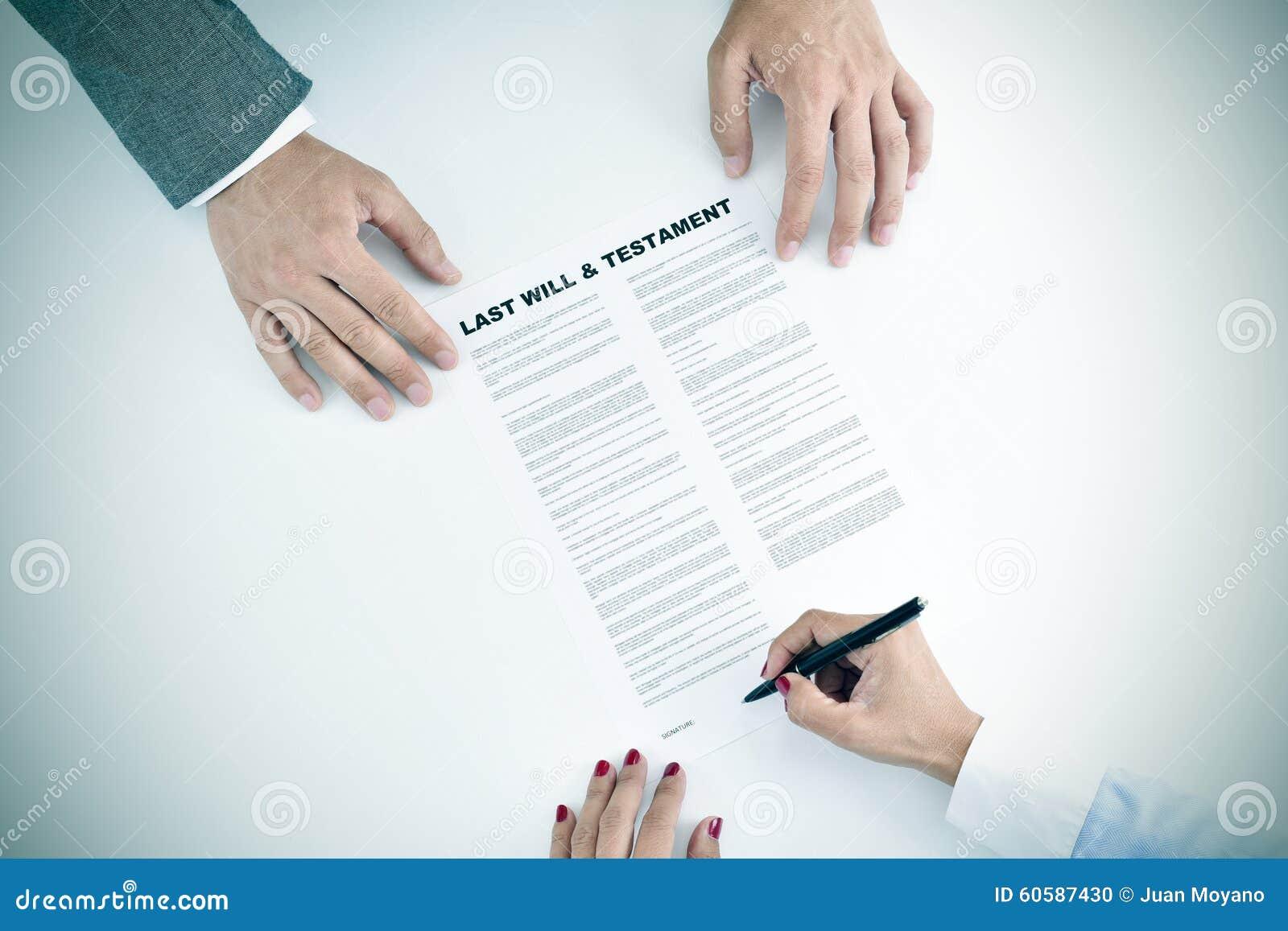 Η νέα γυναίκα που υπογράφει έναν τελευταίο και το έγγραφο διαθηκών