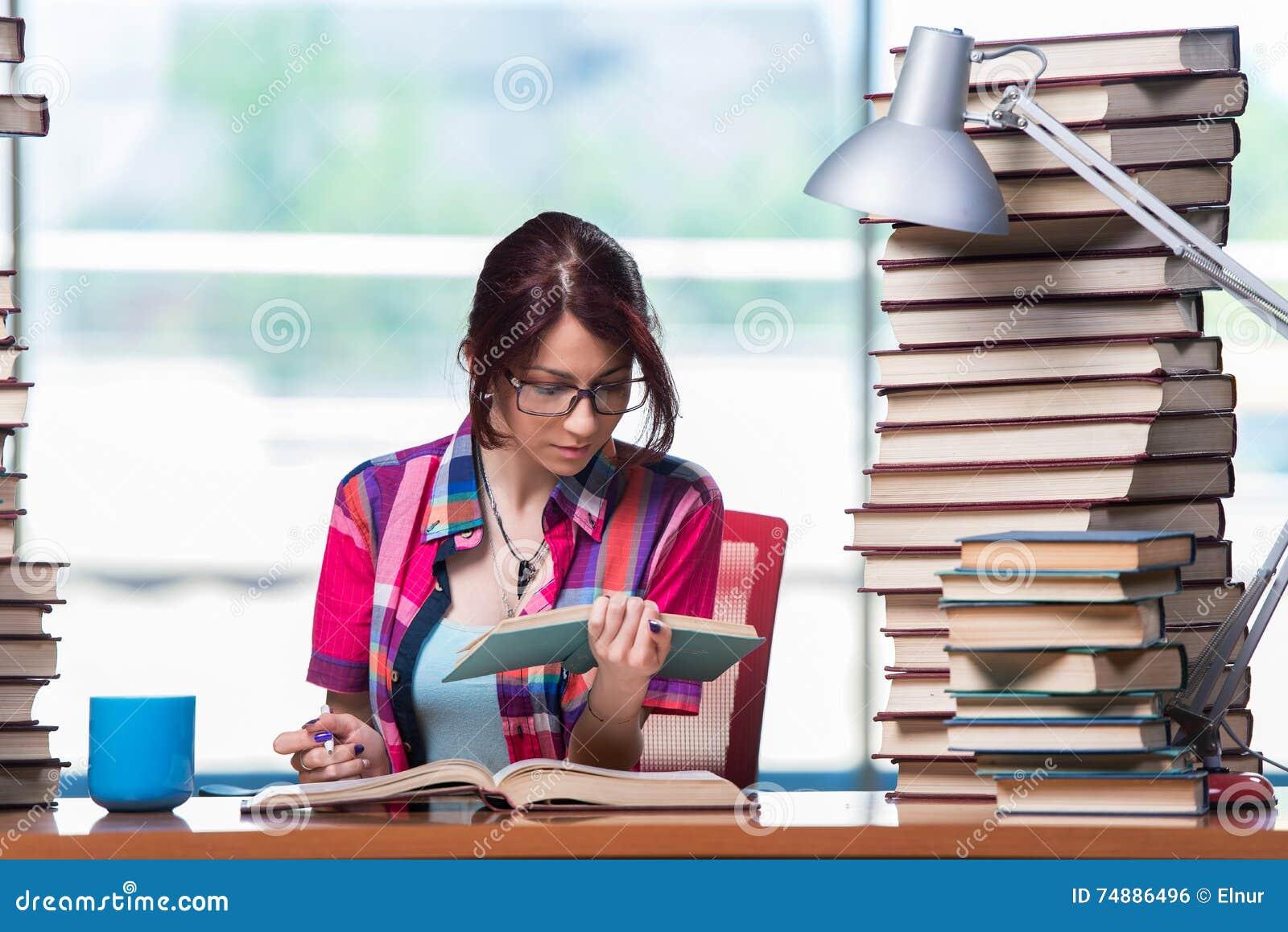 Η νέα γυναίκα σπουδαστής που προετοιμάζεται για τους διαγωνισμούς