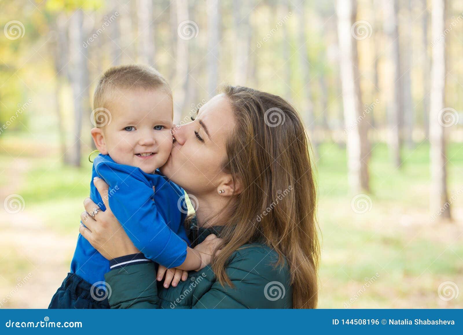 Η νέα γυναίκα την φιλά λίγος γιος