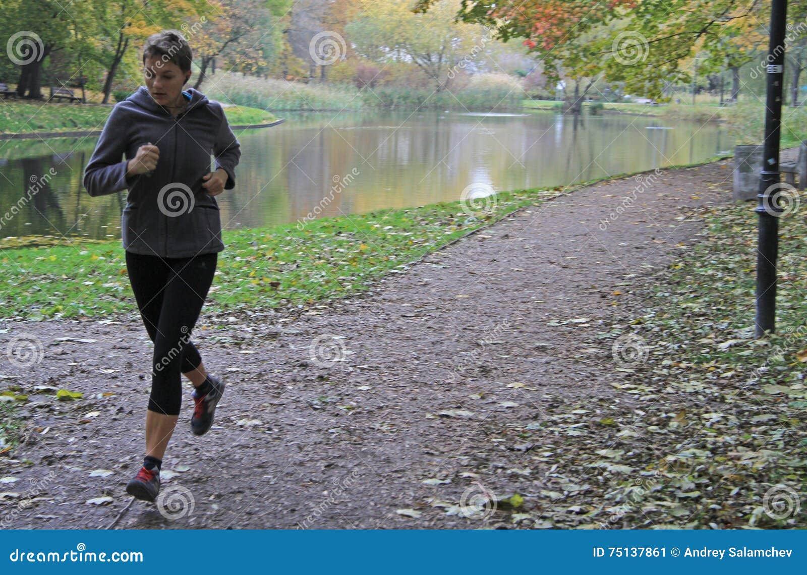 Η νέα γυναίκα τρέχει στο πάρκο της Βαρσοβίας