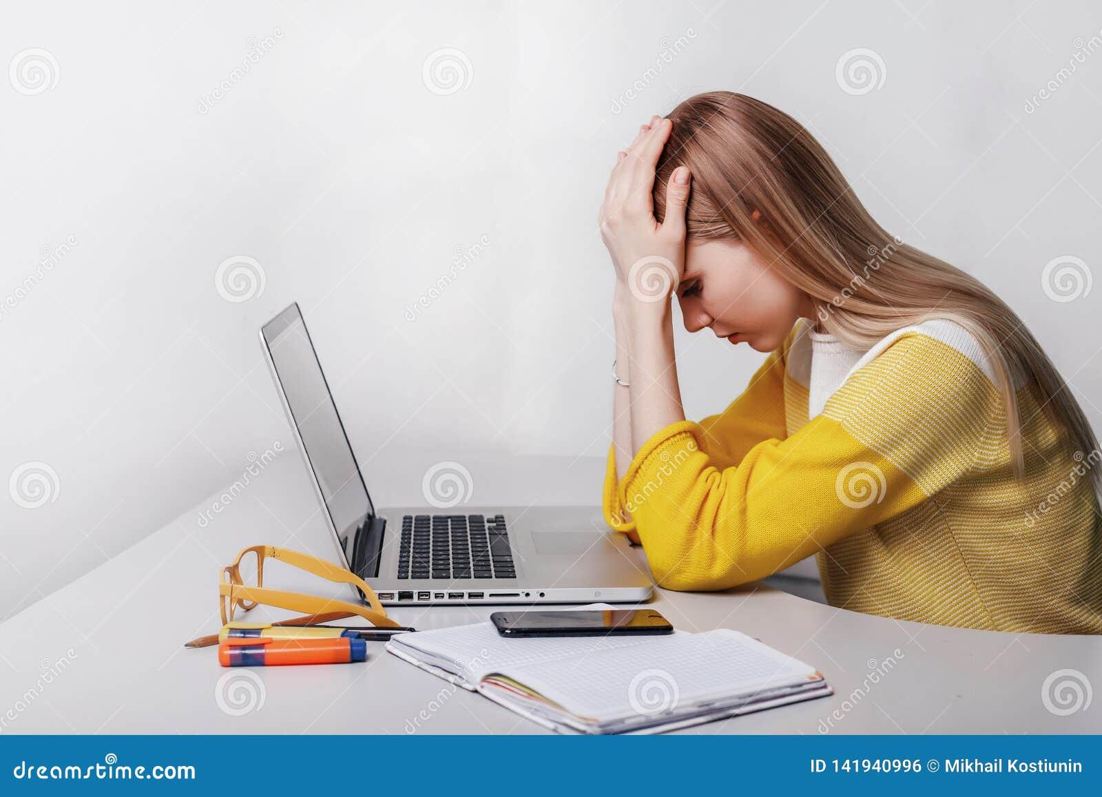 Η νέα επιχειρηματίας έχει τον πονοκέφαλο κατά τη διάρκεια της εργασίας lap-top κοριτσιών