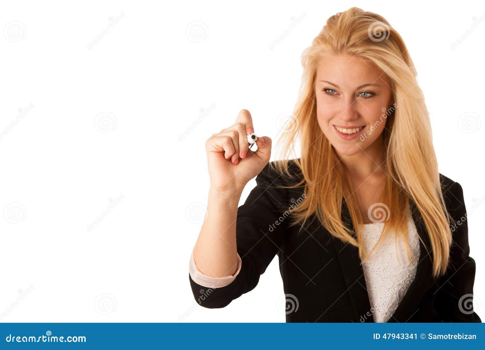 Η νέα ξανθή επιχειρησιακή γυναίκα με τα μπλε μάτια, γράφει σε ένα γυαλί TA