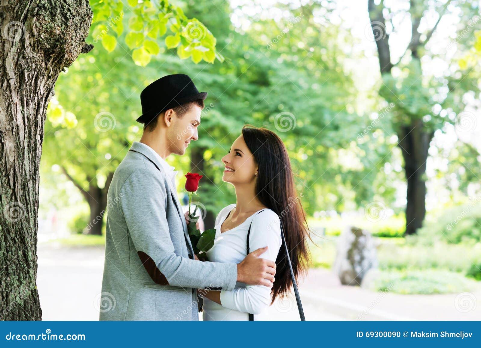Η νέα παρουσίαση κυρίων ανήλθε στην αγάπη του στο πάρκο