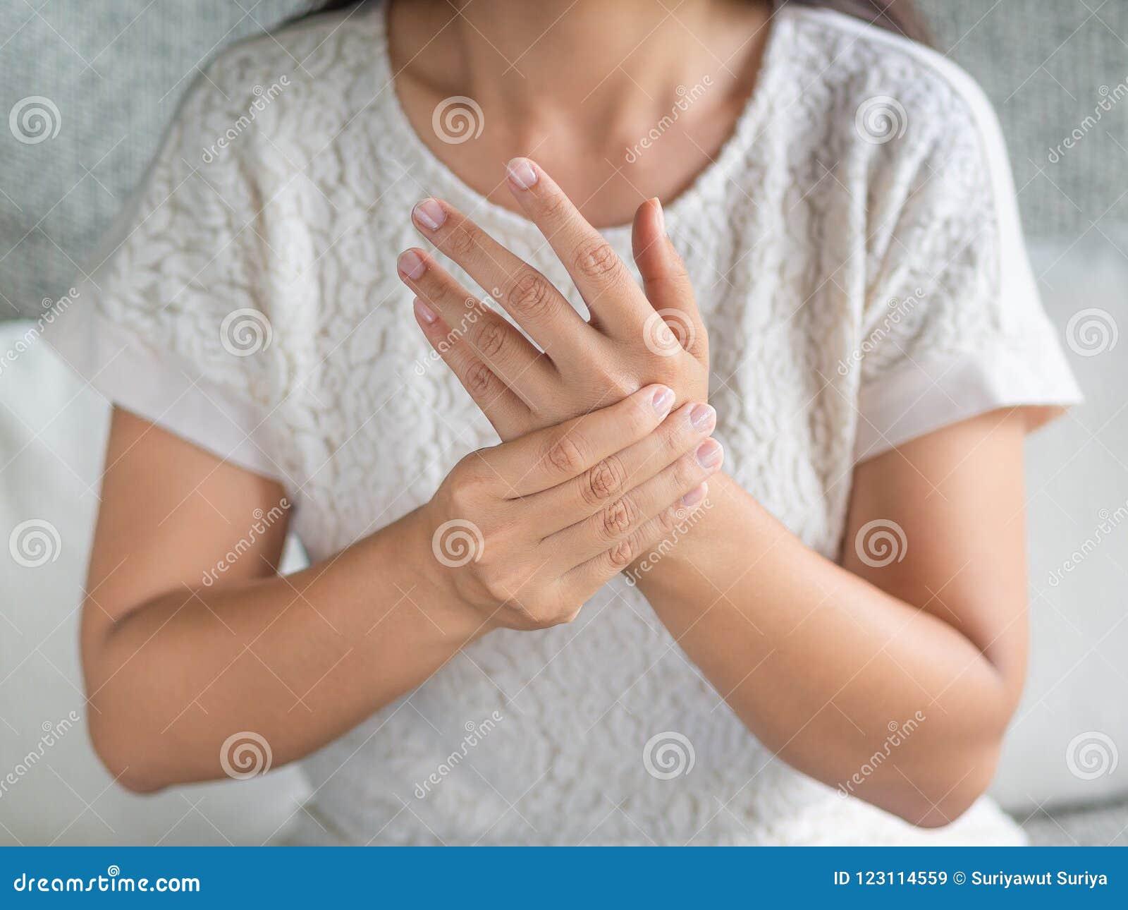 Η νέα συνεδρίαση γυναικών κινηματογραφήσεων σε πρώτο πλάνο στον καναπέ κρατά τον τραυματισμό χεριών καρπών της