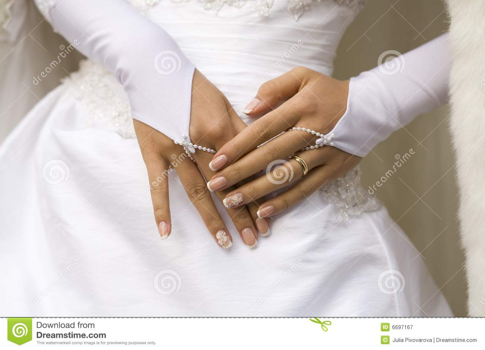 η νύφη δίνει το μανικιούρ