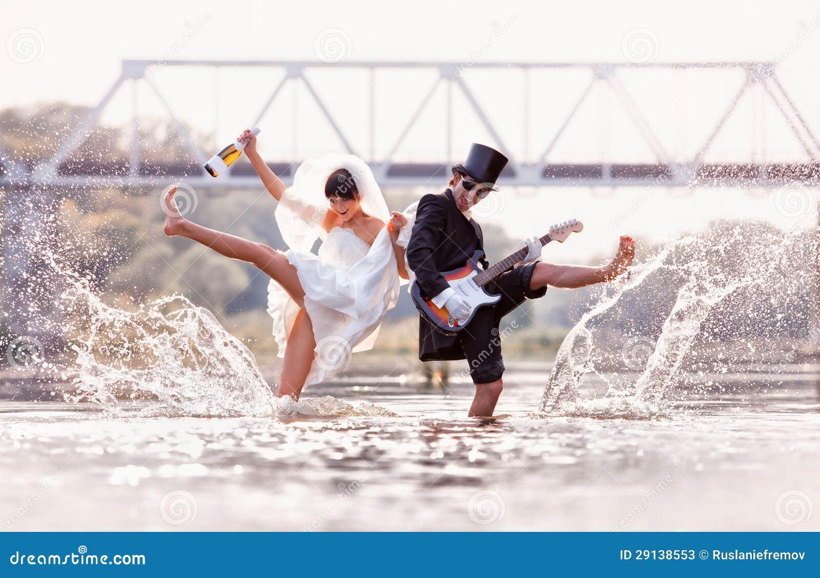 Η νύφη και ο νεόνυμφος είναι ευτυχείς στον ποταμό