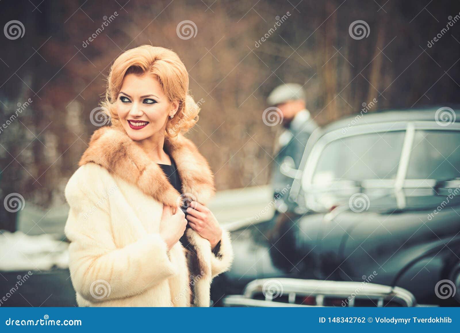 Η νύφη και ο νεόνυμφος στο αναδρομικό αυτοκίνητο r