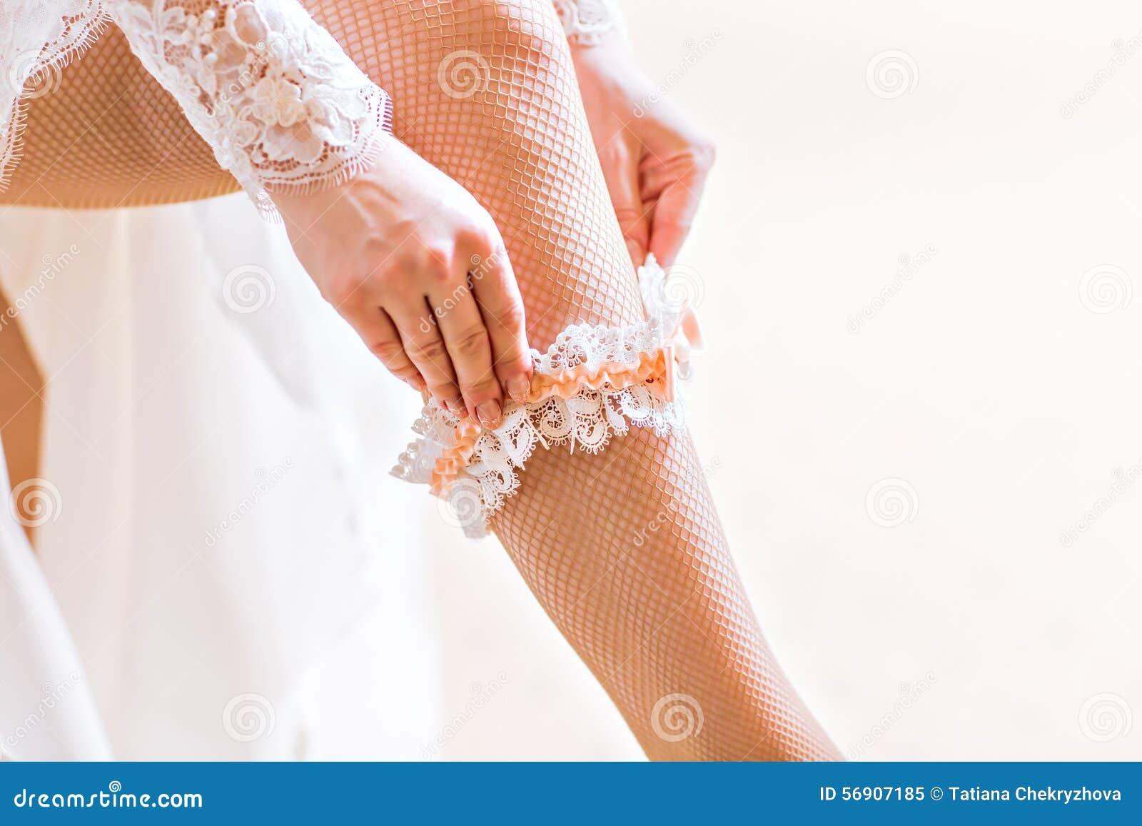 Η νύφη ντύνει garter στο πόδι