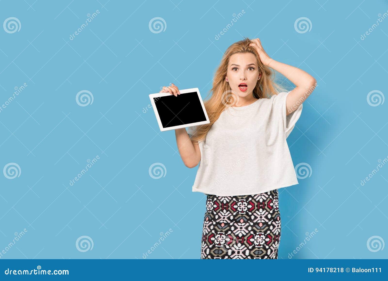 Η ξανθή γυναίκα παρουσιάζει PC ταμπλετών της