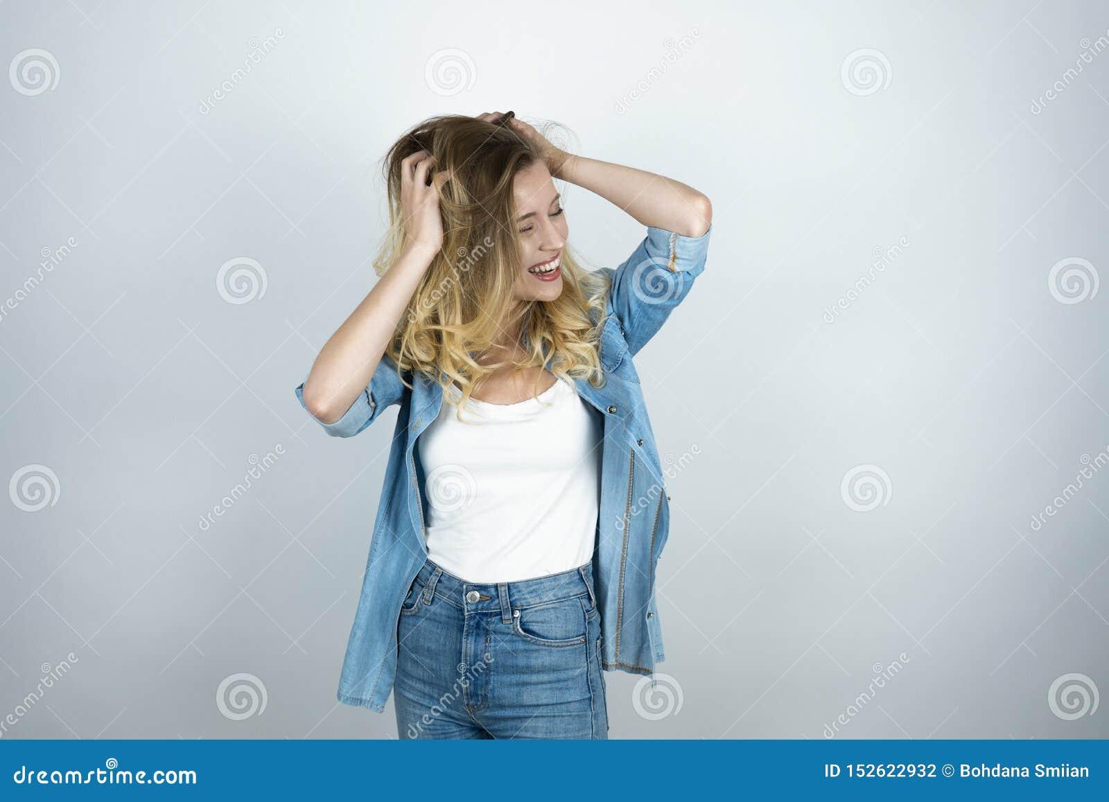 Η ξανθή εκμετάλλευση κοριτσιών δίνει κοντά στο κεφάλι φαίνεται έκπληκτο απομονωμένο λευκό υπόβαθρο χαμόγελου