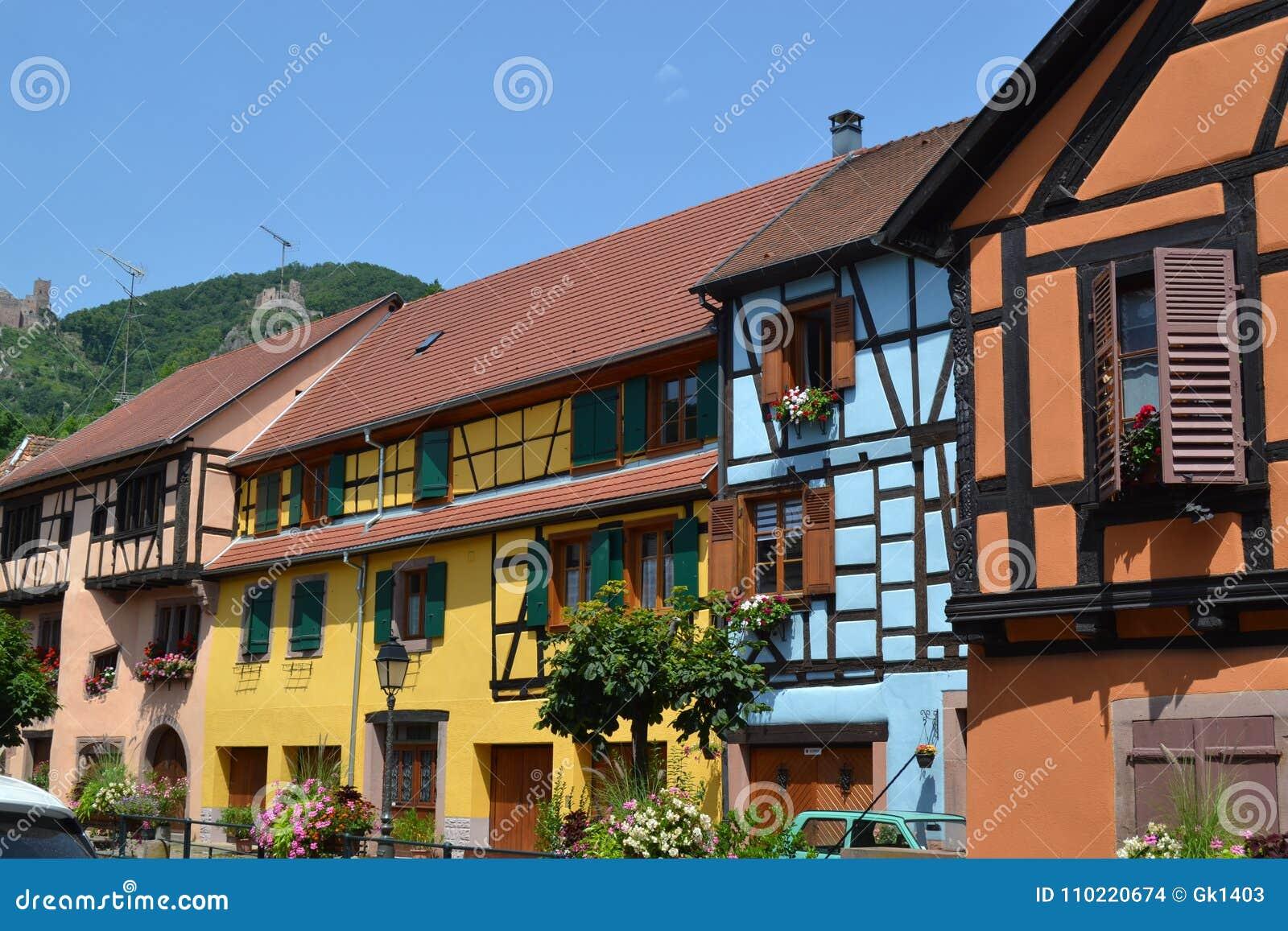 Η οδός του χωριού Ribeauvillé Δρόμος κρασιού της Αλσατίας
