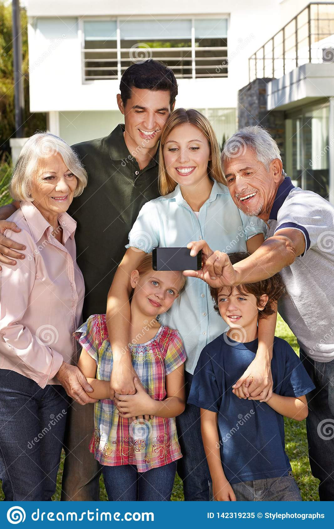 Η οικογένεια κάνει selfie με τους παππούδες και γιαγιάδες