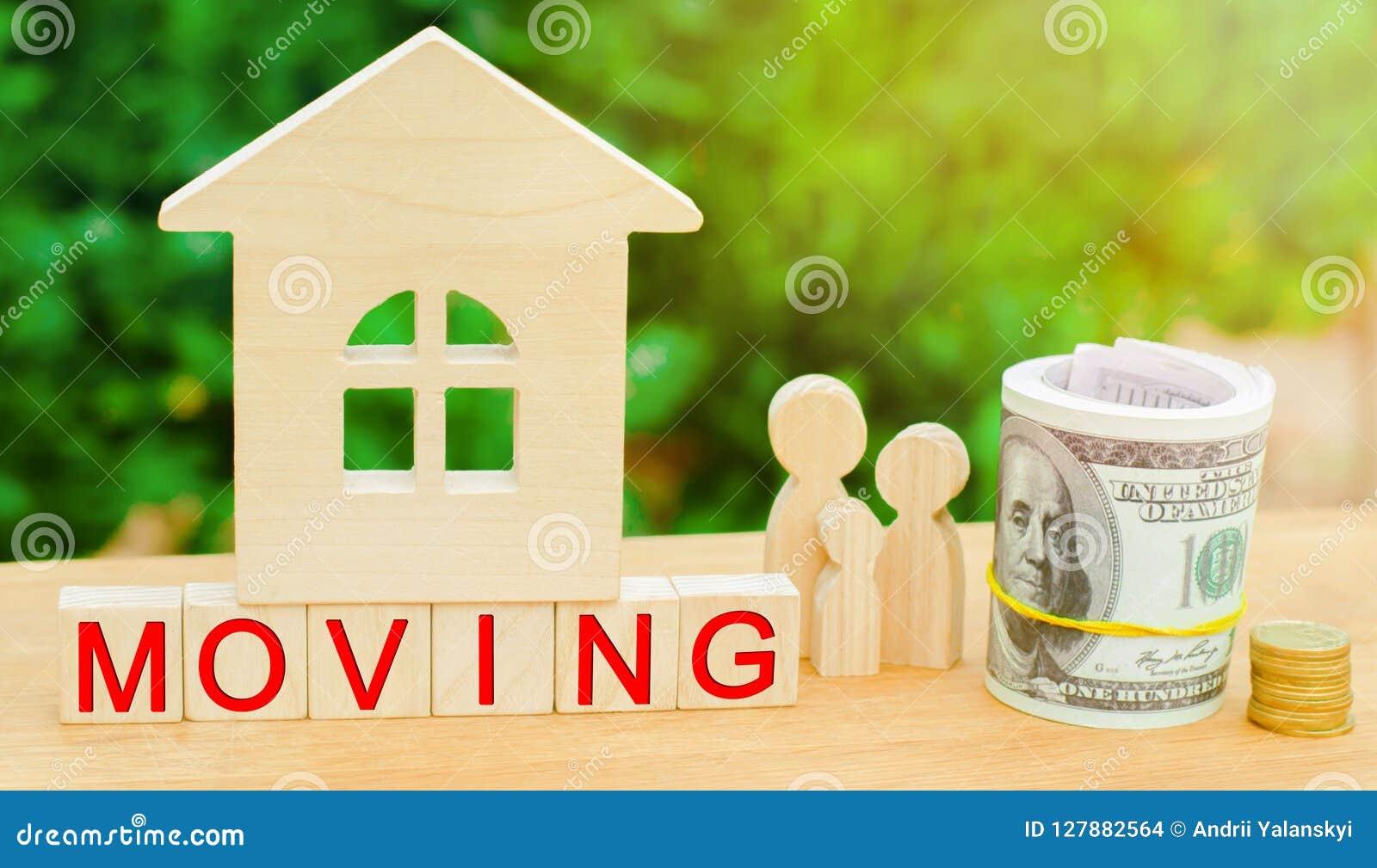Η οικογένεια στέκεται κοντά στο μικροσκοπικό σπίτι με τα χρήματα και την επιγραφή ` που κινεί ` κτήμα έννοιας πραγματικό κινούμεν