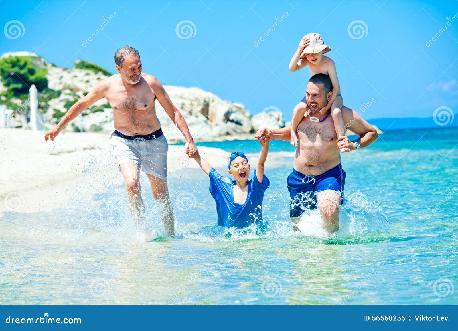 Download Η οικογενειακή θάλασσα τρέχει τις διακοπές διασκέδασης Στοκ Εικόνες - εικόνα από εύθυμος, φέρτε: 56568256