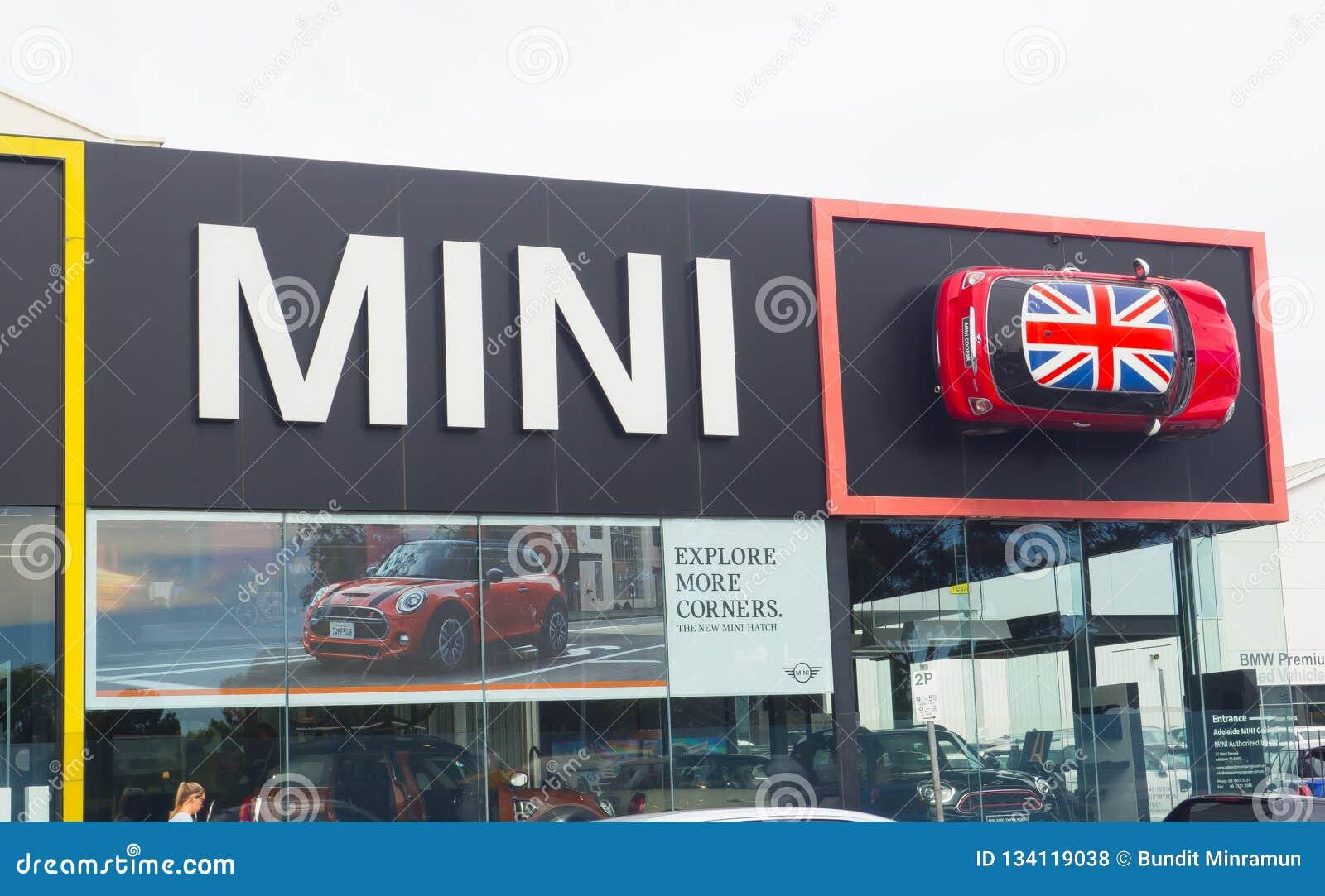 Η οικοδόμηση προσόψεων της αίθουσας εκθέσεως αυτοκινήτων του Mini Cooper, είναι ένα μικρό αυτοκίνητο οικονομίας που παράγεται από
