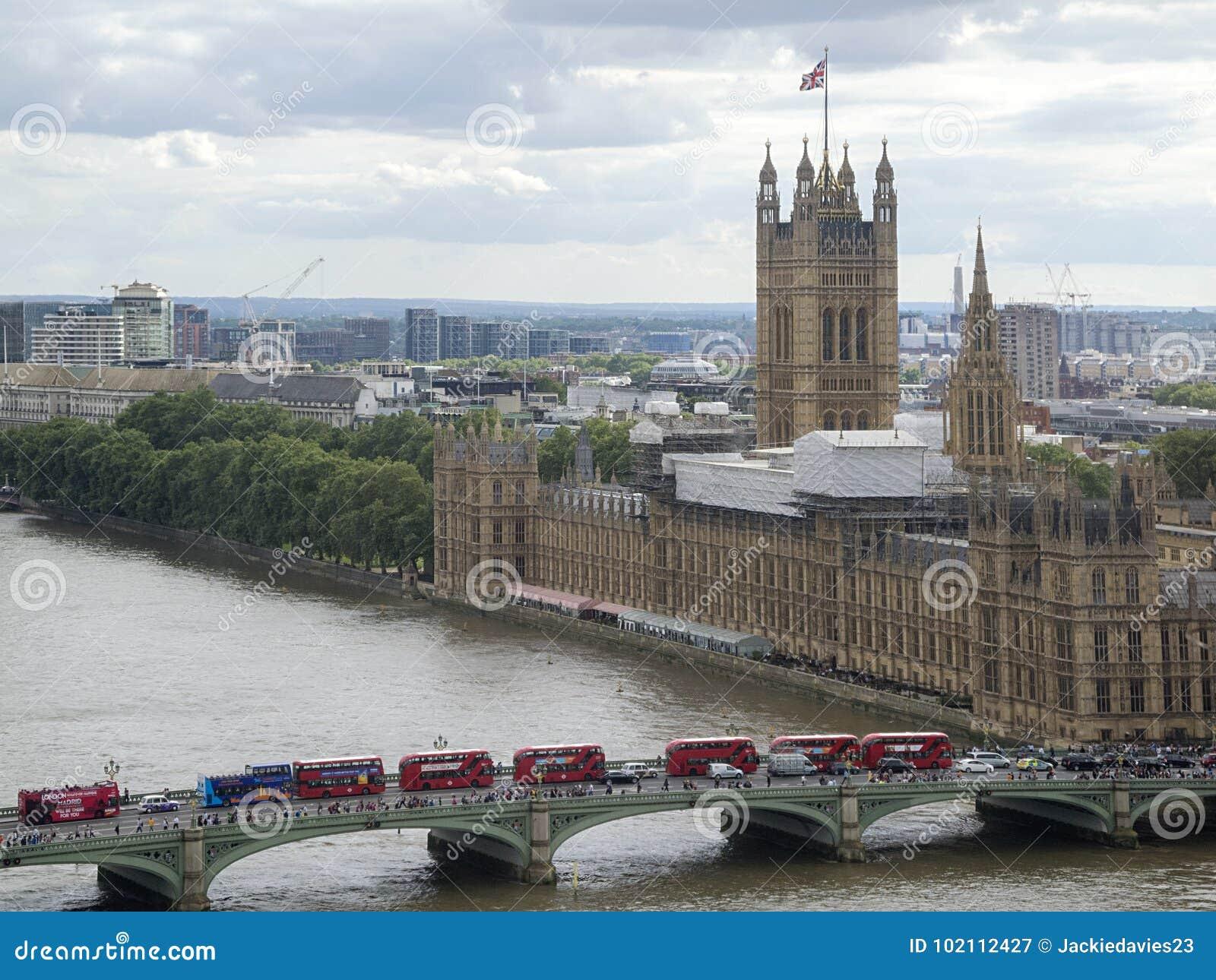 η οικοδόμηση του σύγχρονου ποταμού του Λονδίνου τοπίων ακτών εικονικής παράστασης πόλης εμφανίζει Τάμεση