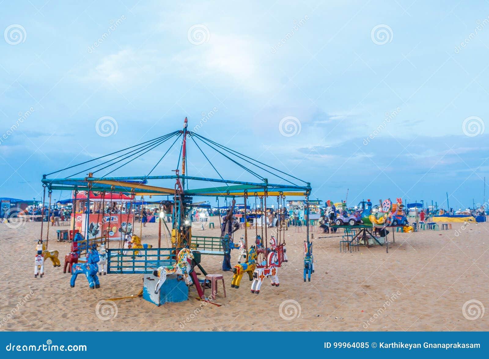 Η ομάδα ανθρώπων σύλλεξε στην παραλία μαρινών, που έχει τη διασκέδαση στα ωκεάνια κύματα με τα όμορφα σύννεφα, Chennai, Ινδία στι