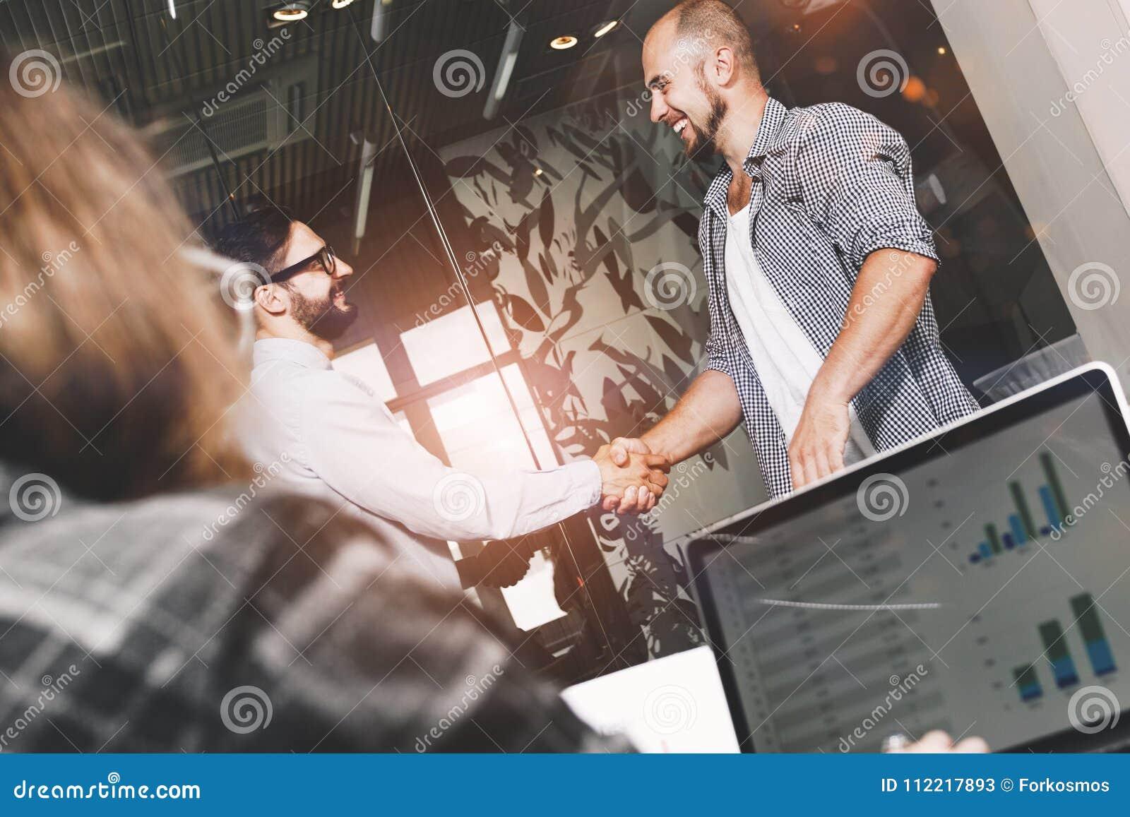 Η ομάδα νέων και σύγχρονων επιχειρηματιών έχει κάνει τη διαπραγμάτευση και κάνει το εκτάριο