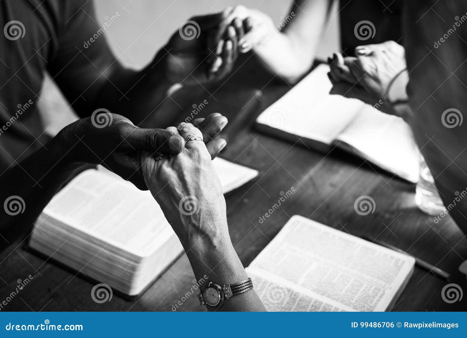 Η ομάδα χριστιανικών ανθρώπων προσεύχεται από κοινού