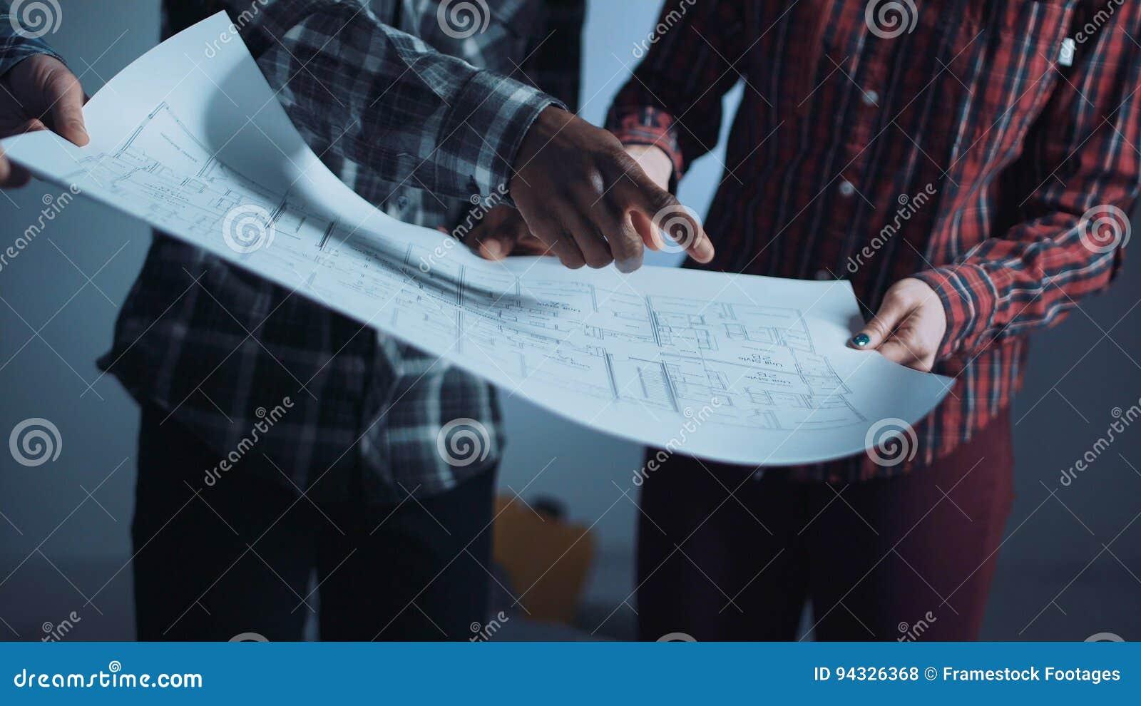Η ομάδα εργαζομένων που συζητούν τα σχεδιαγράμματα